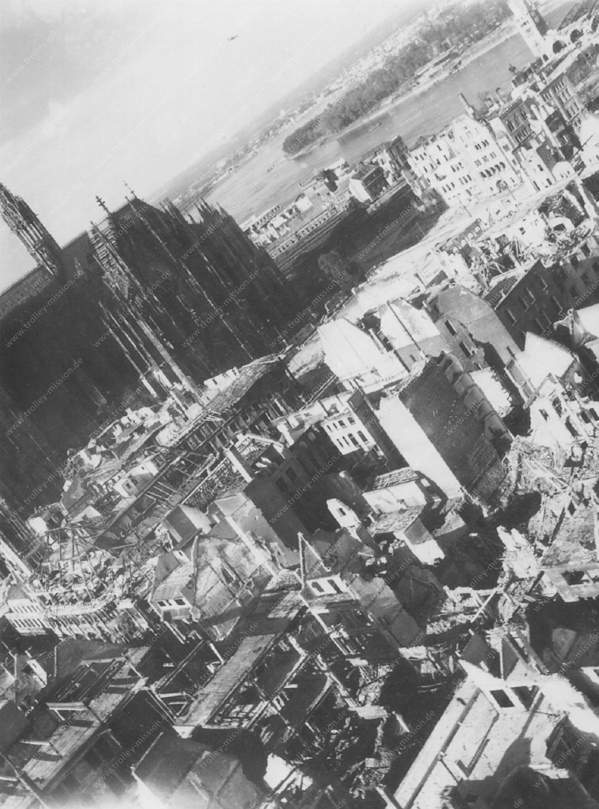 """Luftbild Kölner Dom (""""Hohe Domkirche Sankt Petrus"""") in Höhe der Minoritenstraße, Großen Budengasse bzw. Sporergasse im Mai 1945"""