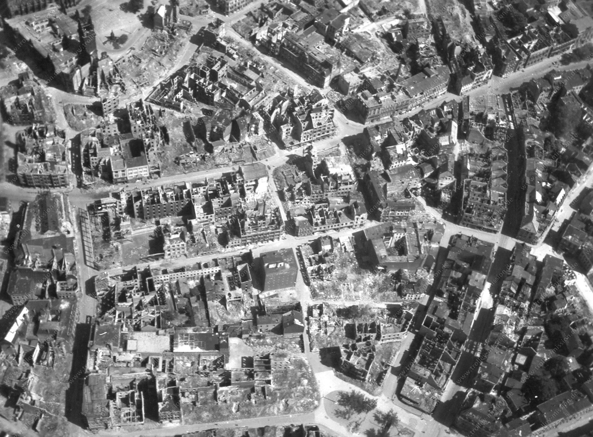 Luftbild der durch Weltkriegsbomen völlig zerstörten Innenstadt von Duisburg