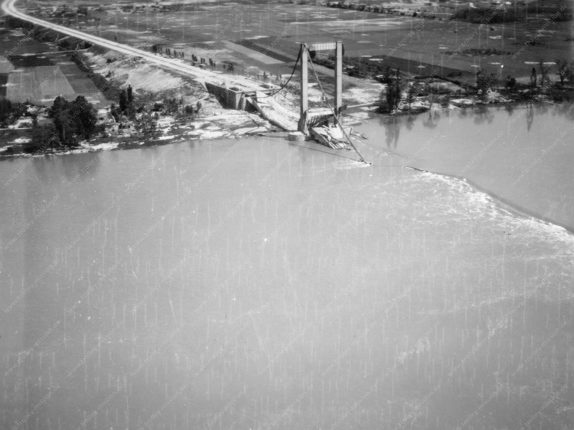 Autobahnbrücke in Köln-Rodenkirchen - Luftbild der Trolley Mission 1945