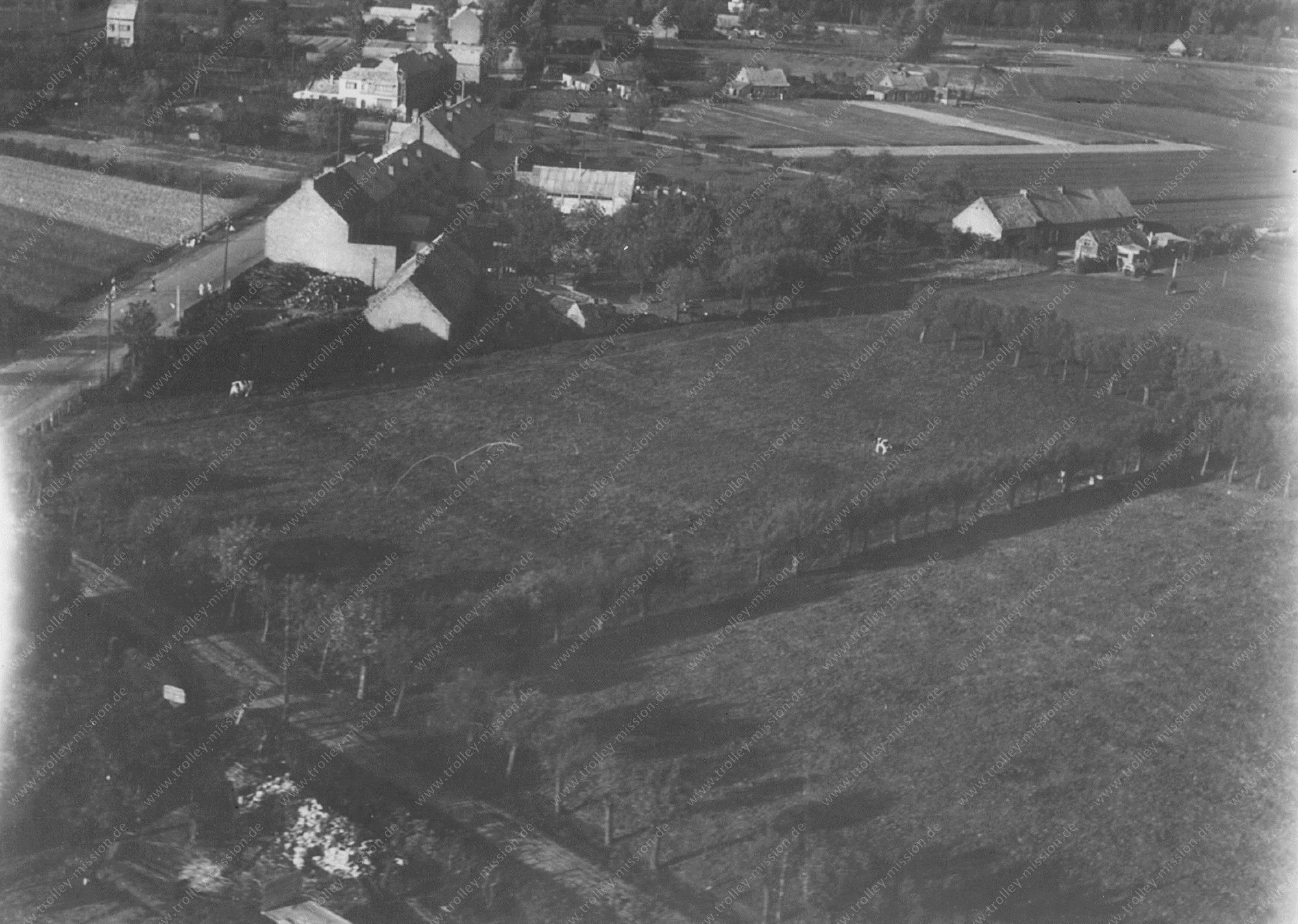 Unbekanntes Luftbild Kleines Dorf im Tiefflug
