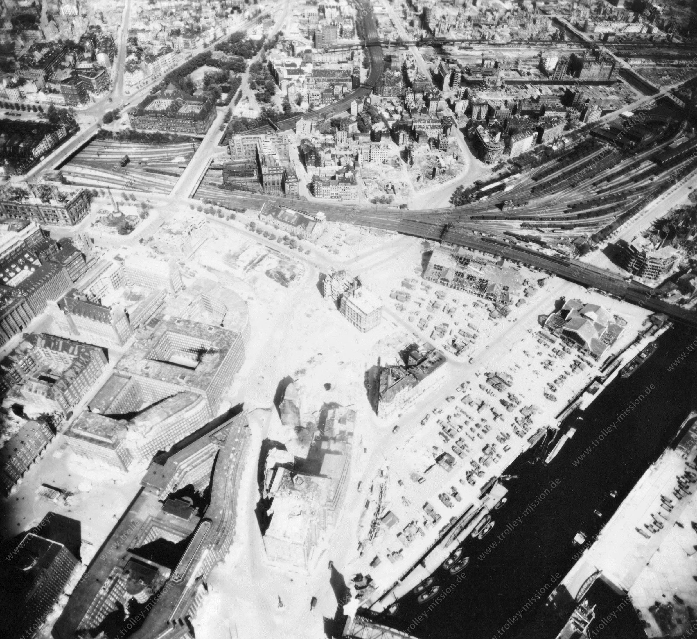 Luftbild von Hamburg und Hafen am 12. Mai 1945 - Luftbildserie 15/19 der US Air Force