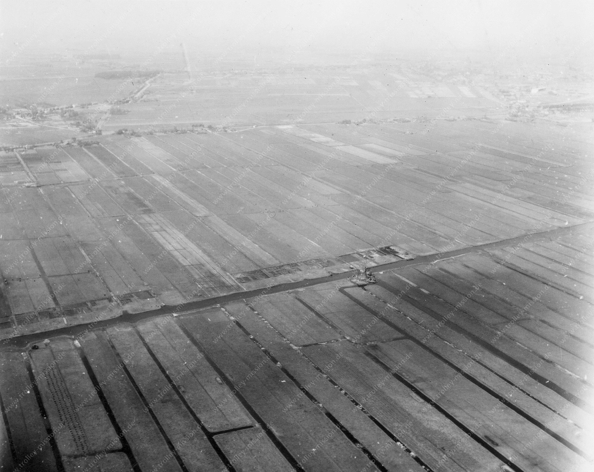 Luftbild der alten Windmühle an der A4 bei Zoeterwoude-Dorp südlich von Leiden (Niederlande)