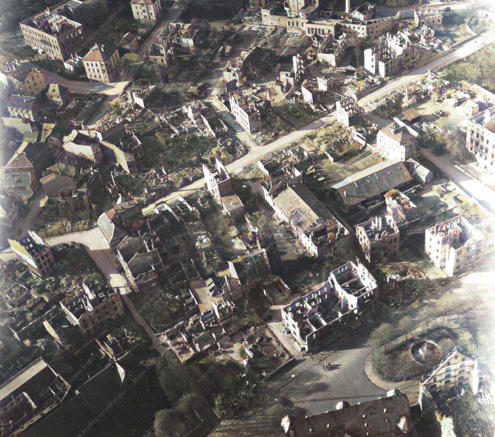 Farbbild: Luftbild von Gießen und seinen Ruinen nach dem Weltkrieg: Landgraf-Philipp-Platz, Brandgasse, Braugasse und Zeughaus im Mai 1945