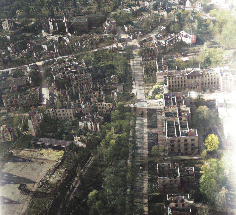 Farbbild: Gießen nach den Weltkriegsbomben im Mai 1945: Luftbild von Landgericht und Amtsgericht sowie Gießener Brauhaus