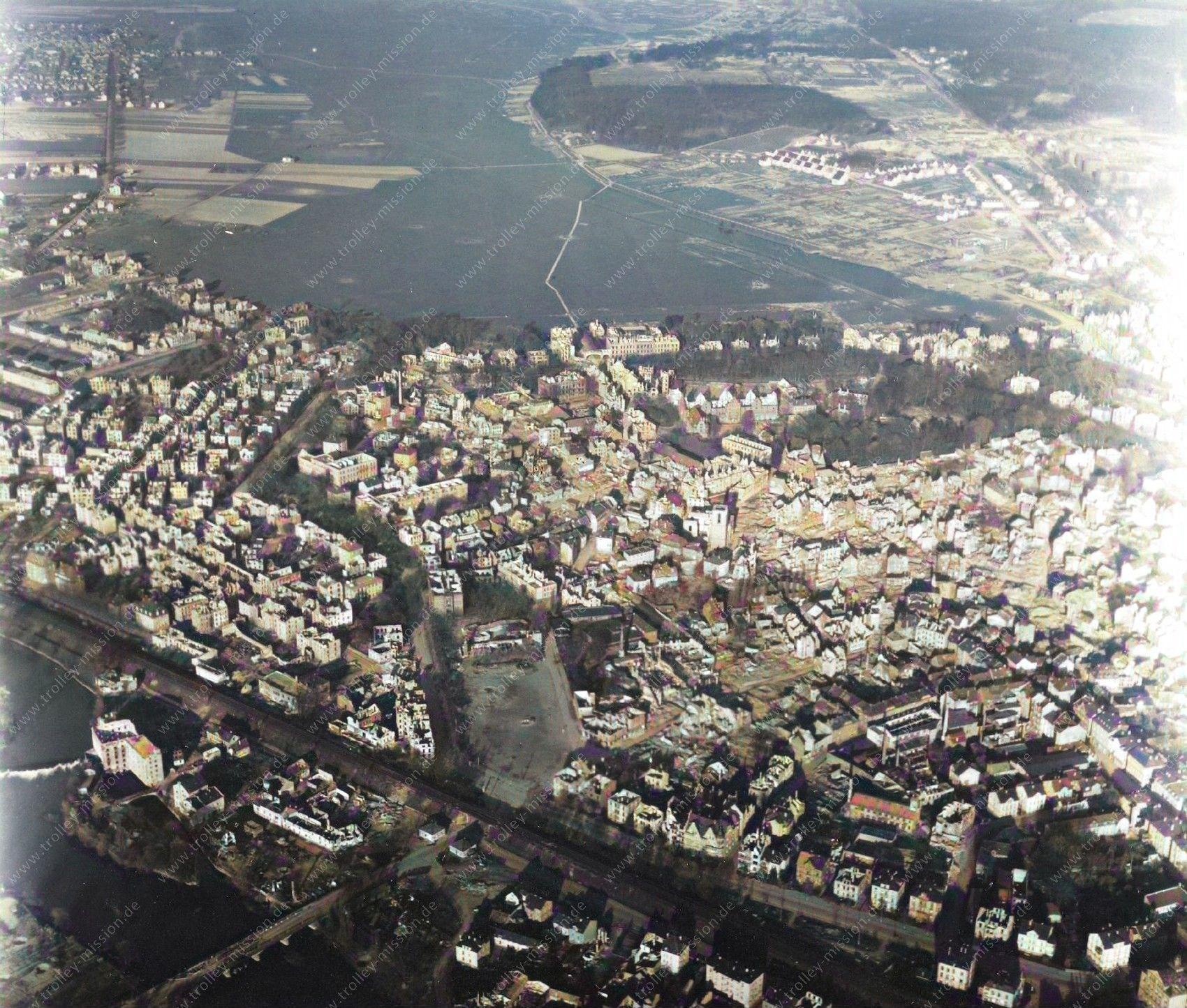 Farbbild: Luftbild von Gießen aus dem Mai 1945: Sachsenhäuser Brücke, Lahn und Kinkels Mühle