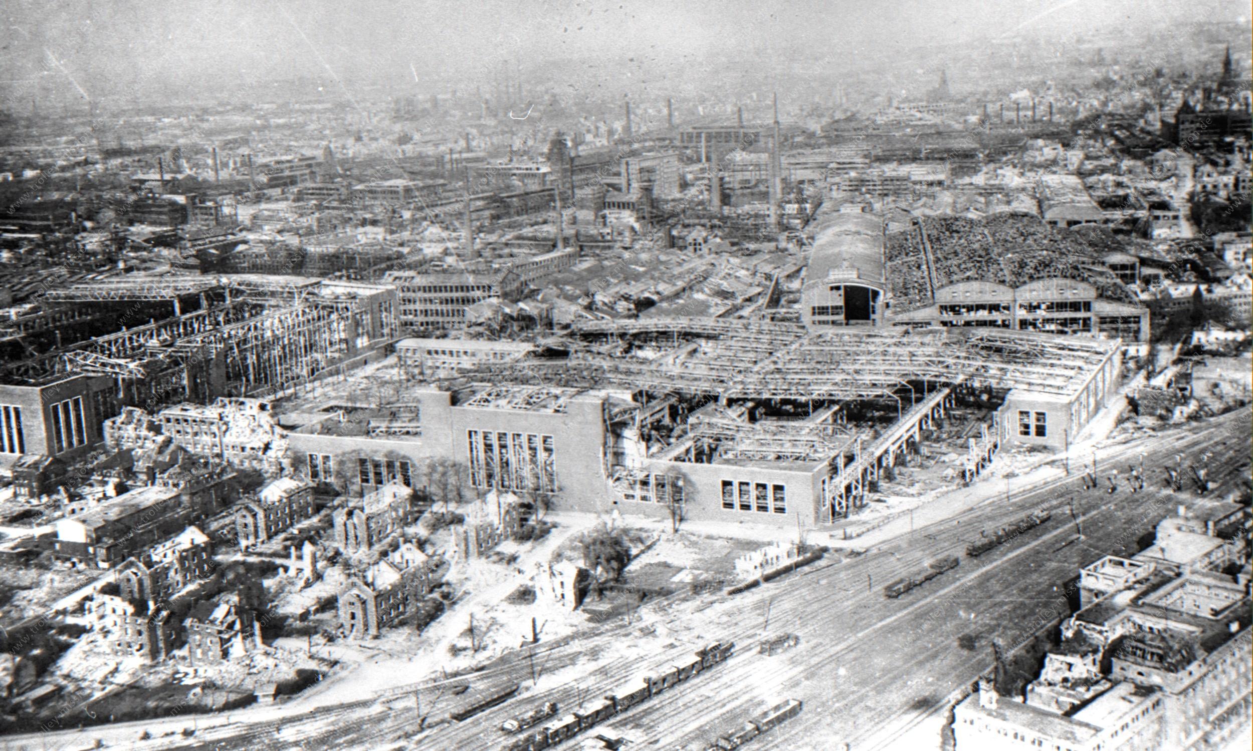 Luftaufnahme der zerstörten Gußstahlfabrik Friedrich Krupp in Essen im Mai 1945 an den Bahngleisen zum Bahnhof Essen-West