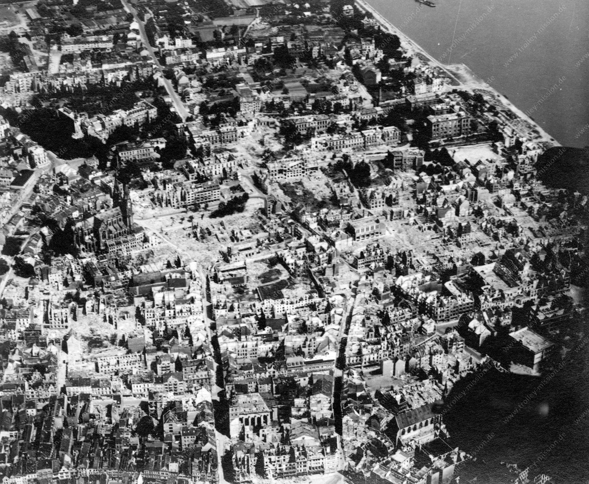 Bonn Luftbild aus dem Zweiten Weltkrieg mit Stiftskirche Sankt Johannes Baptist und Petrus und Rheinufer