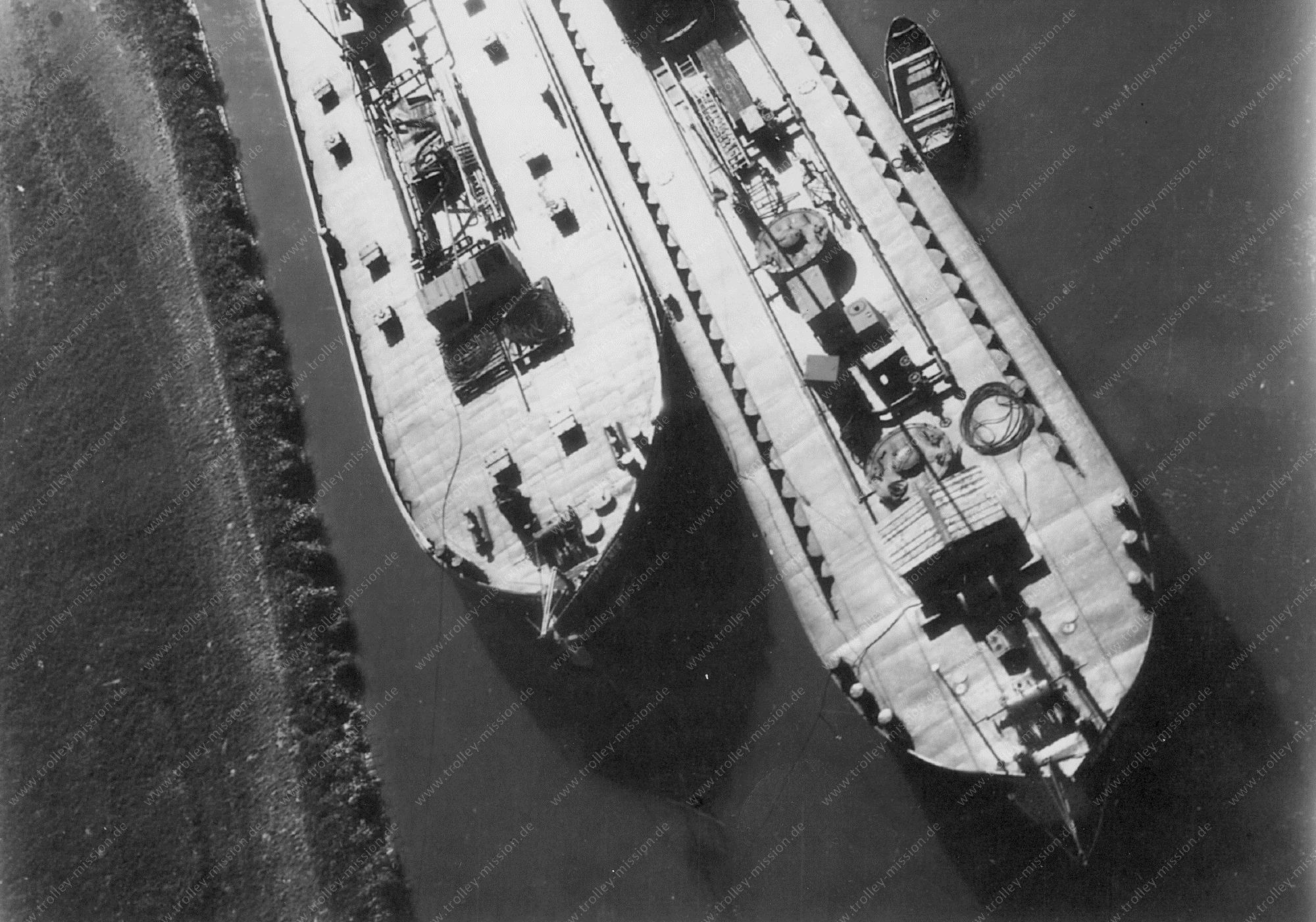 Unbekanntes Luftbild Schiffe im Hafen - Name des linken Schiffes Urania