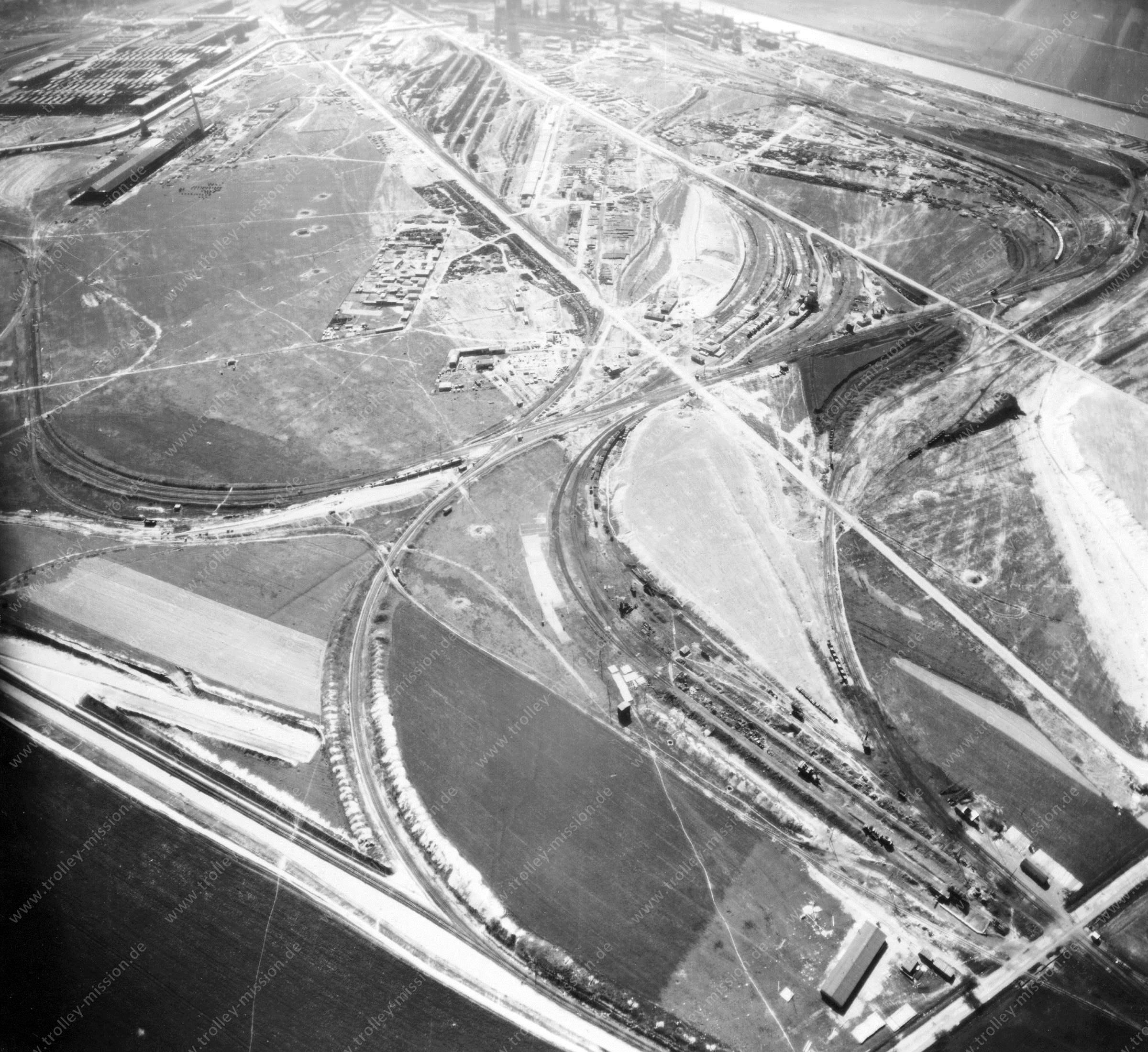 Luftbild der Hermann Göring Reichswerke AG für Erzbergbau und Eisenhütten in Salzgitter am 12. Mai 1945 - Luftbildserie 2/7 der US Luftwaffe