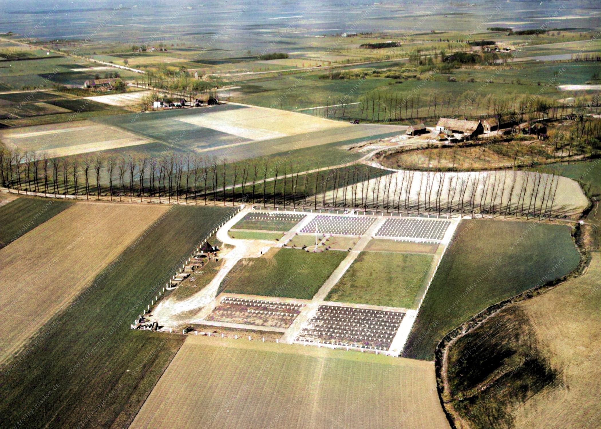 US-amerikanischen Militärfriedhof Son - Ein nachträglich von Markus Lenz koloriertes Luftbild
