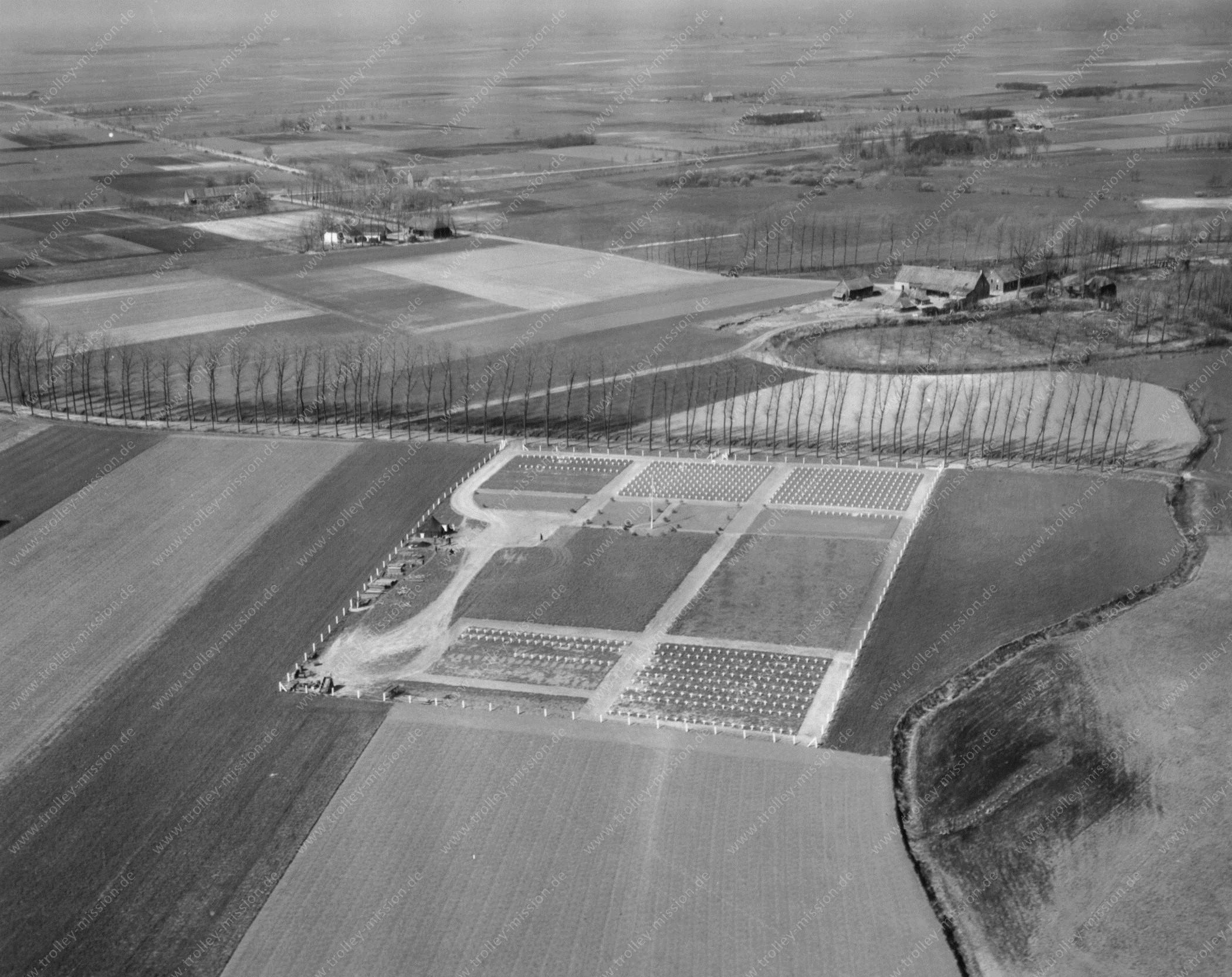 """Militärfriedhof bzw. Soldatenfriedhof auf dem Gut """"Waterhoef"""" in der Nähe der niederländischen Stadt Son bei Eindhoven"""