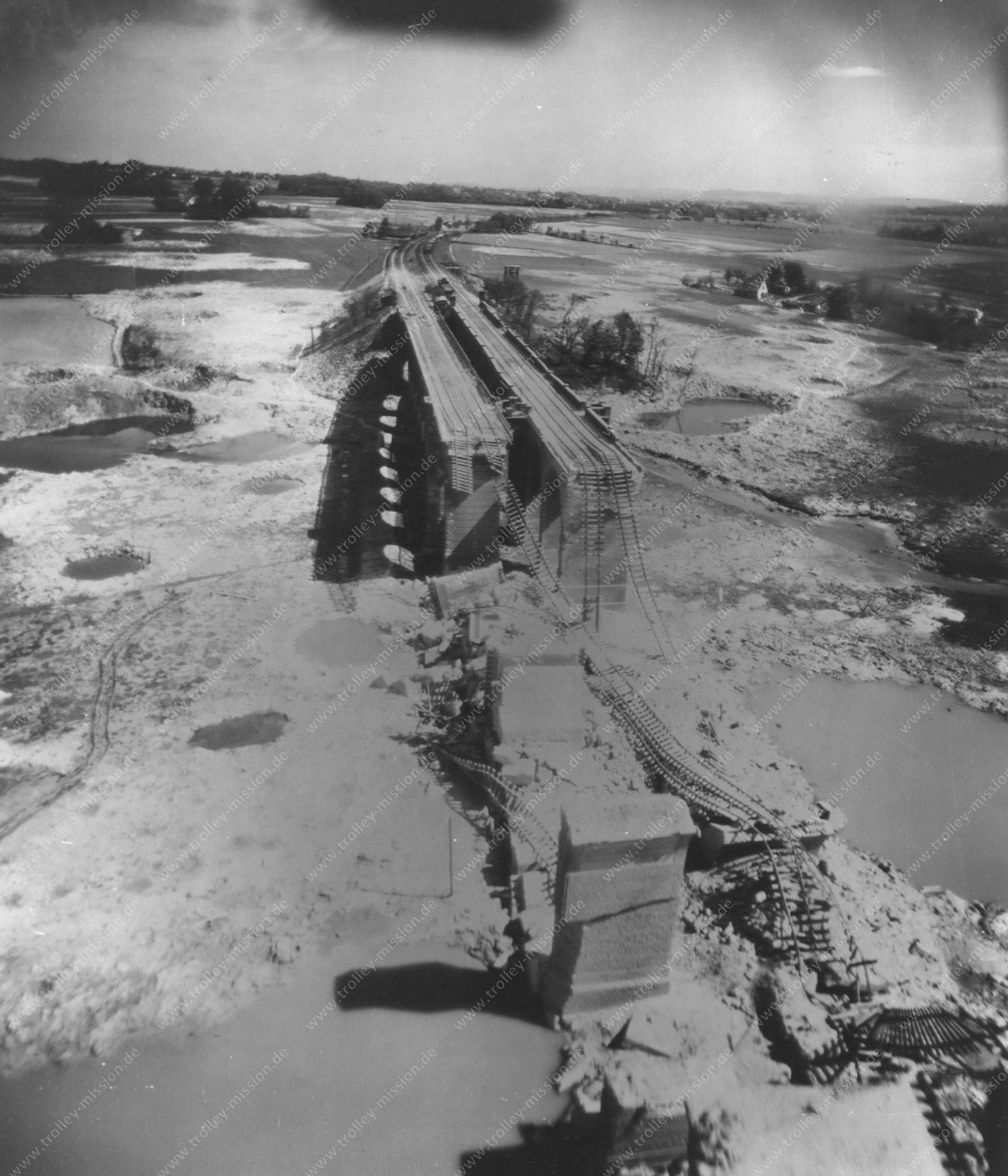 Bielefeld - Tiefflug über das Johannisbachtal am zerstörten Schildescher Viadukt - Luftbild 1945