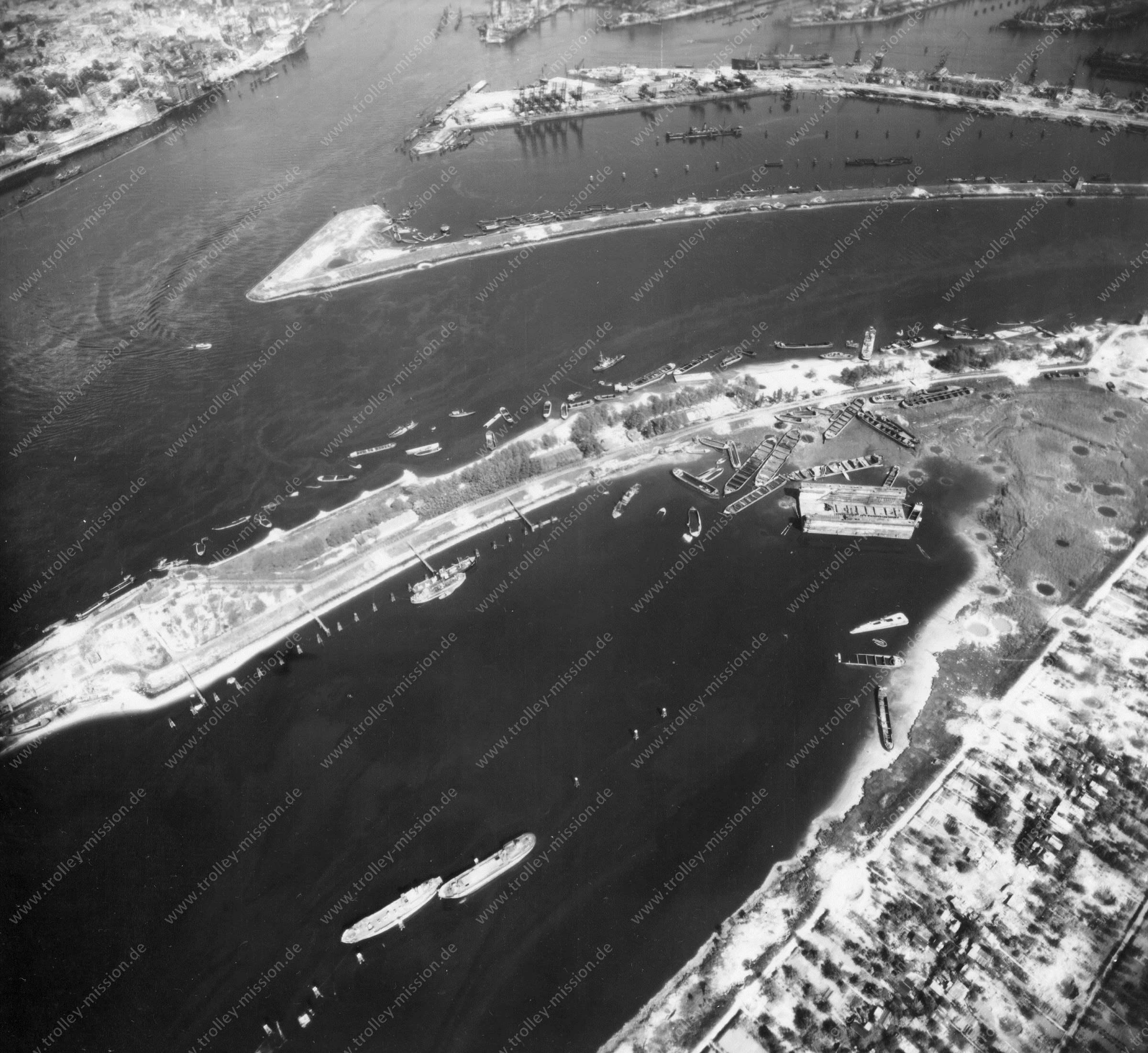 Luftbild von Hamburg und Hafen am 12. Mai 1945 - Luftbildserie 6/19 der US Air Force
