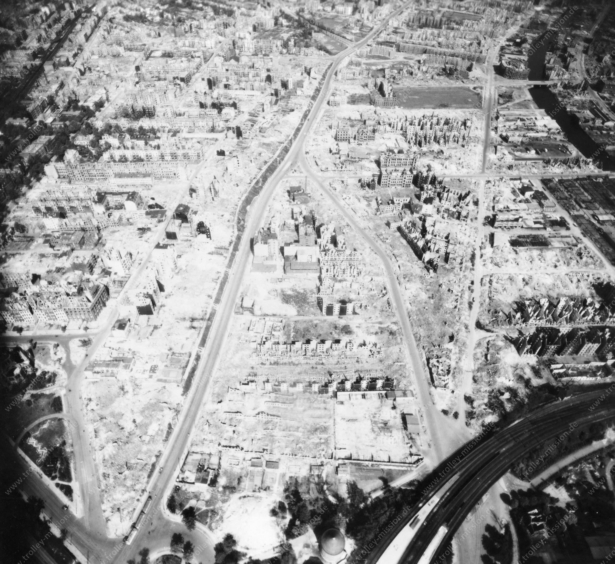 Luftbild von Hamburg und Hafen am 12. Mai 1945 - Luftbildserie 17/19 der US Air Force