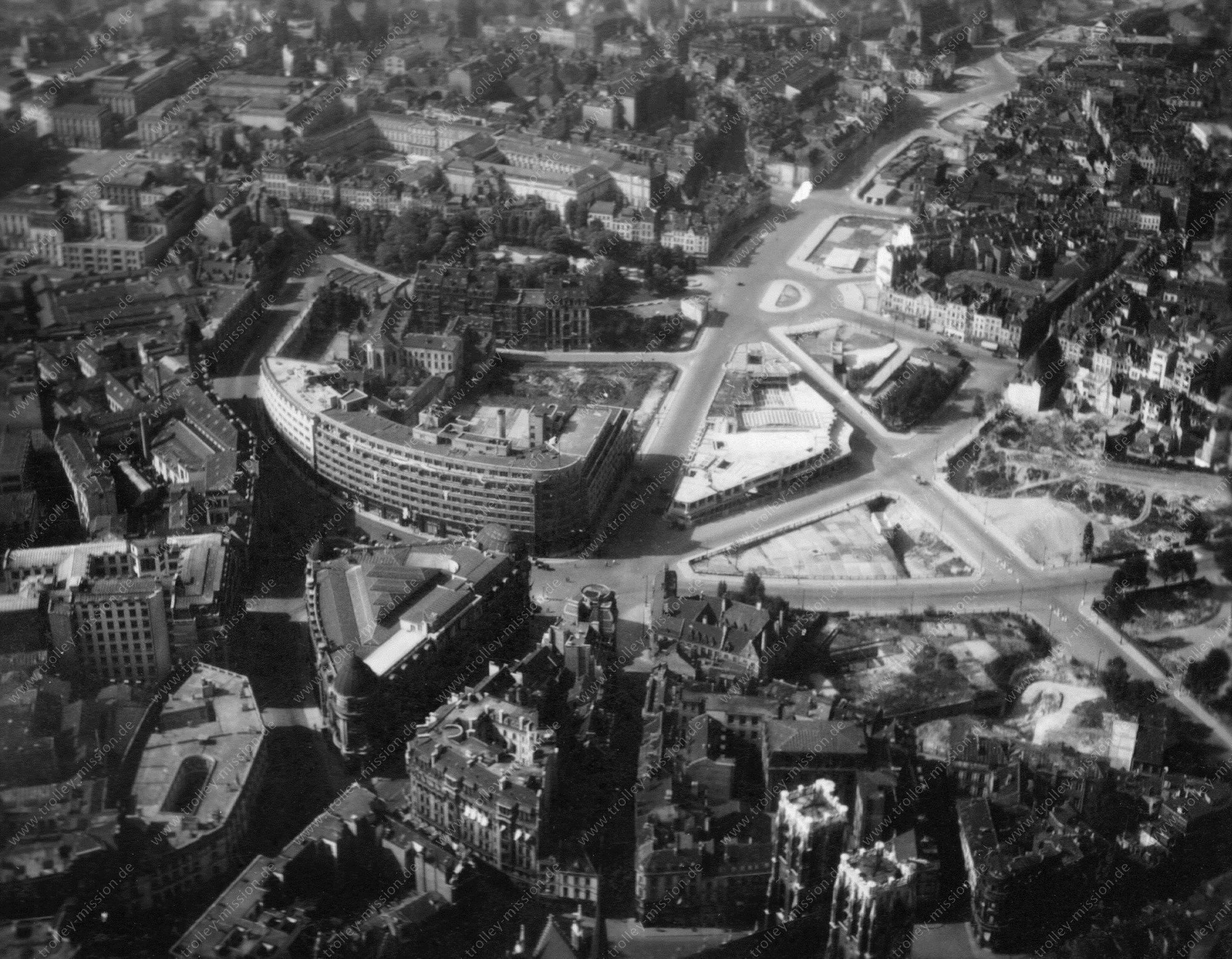 Luftaufnahme von Brüssel mit Kirchturmspitzen der Cathédrale St. Michel et Gudule und der Rue Ravenstein im Weltkrieg (Belgien)