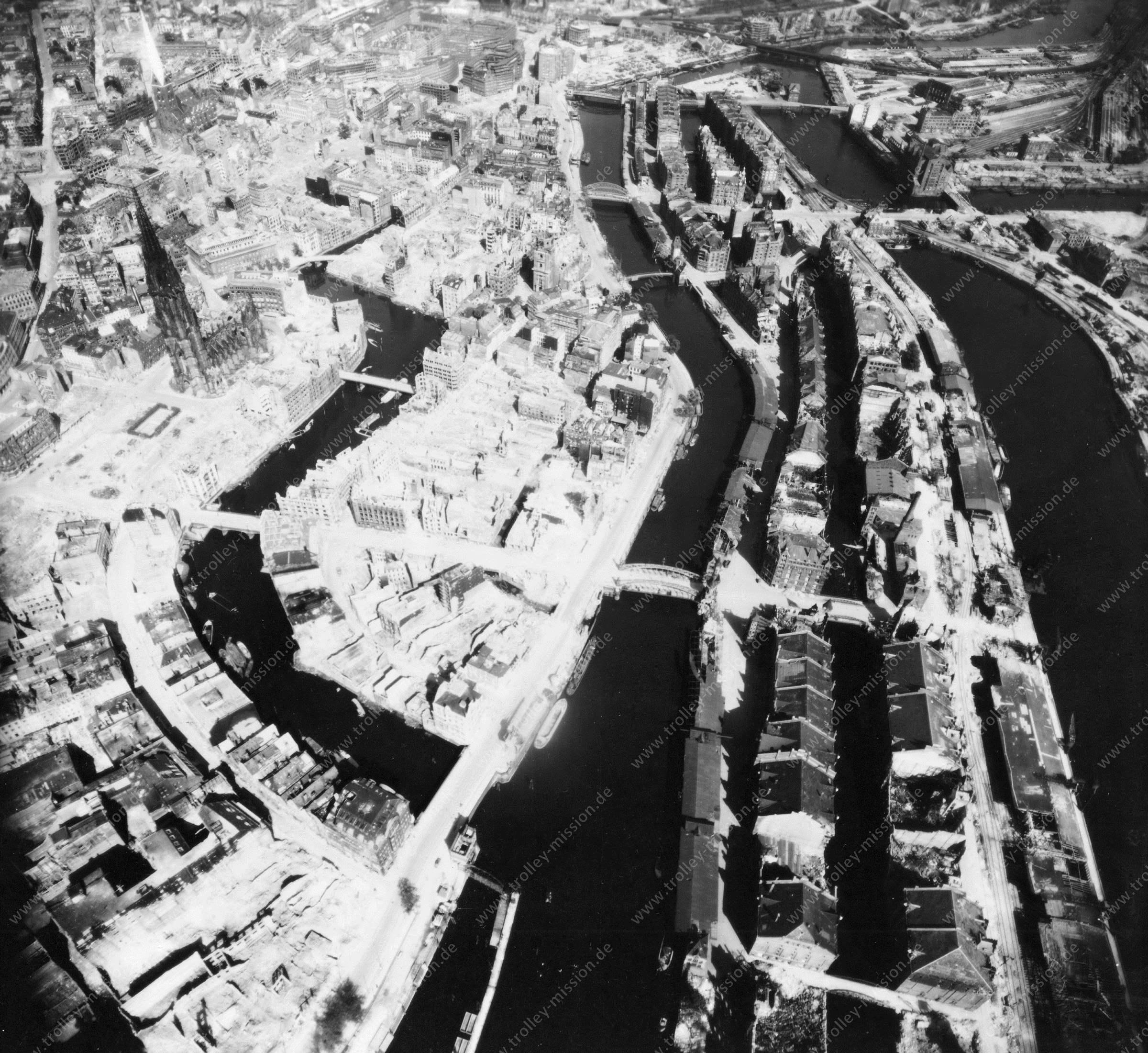 Luftbild von Hamburg und Hafen am 12. Mai 1945 - Luftbildserie 14/19 der US Air Force