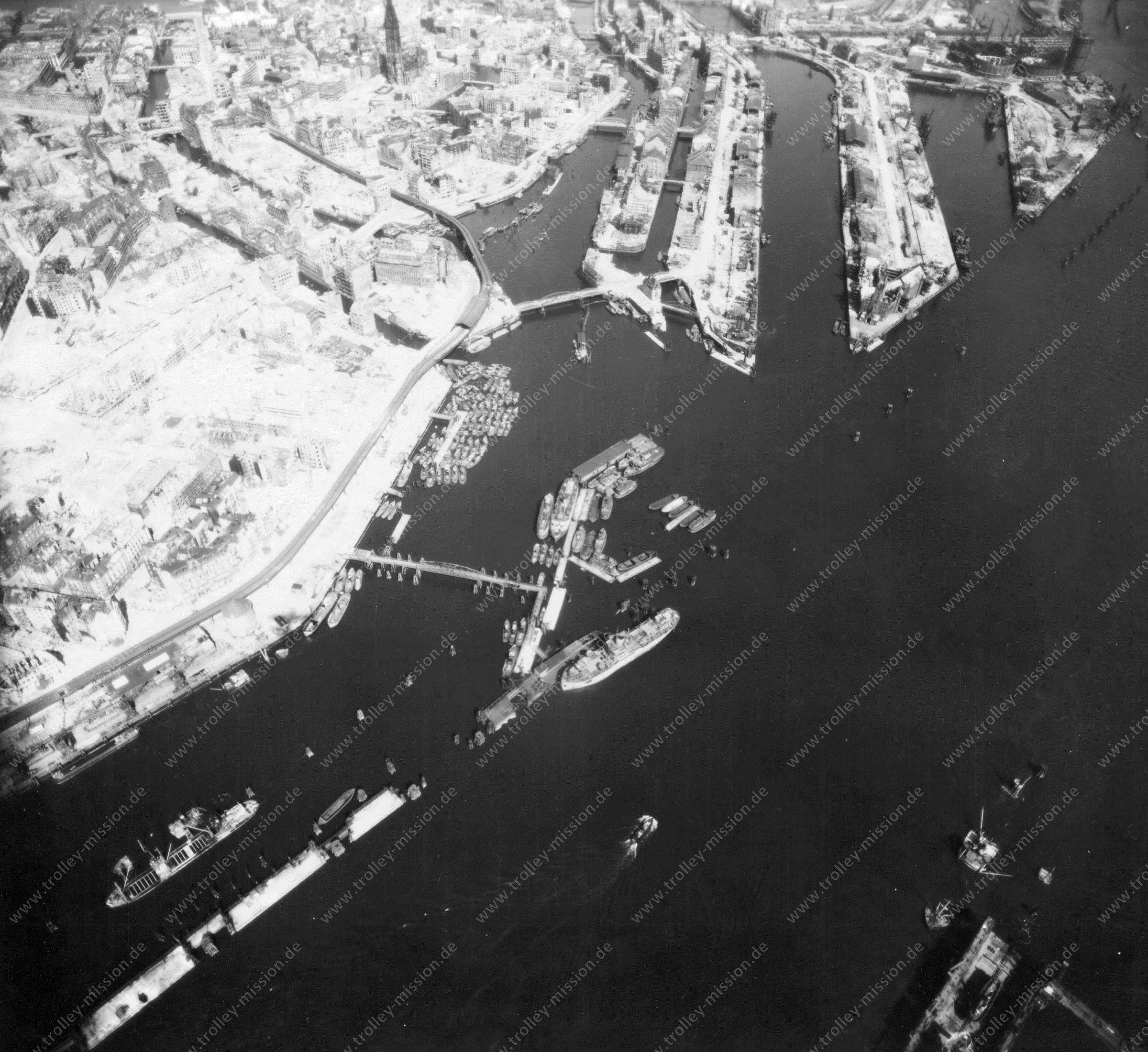 Luftbild von Hamburg und Hafen am 12. Mai 1945 - Luftbildserie 12/19 der US Air Force