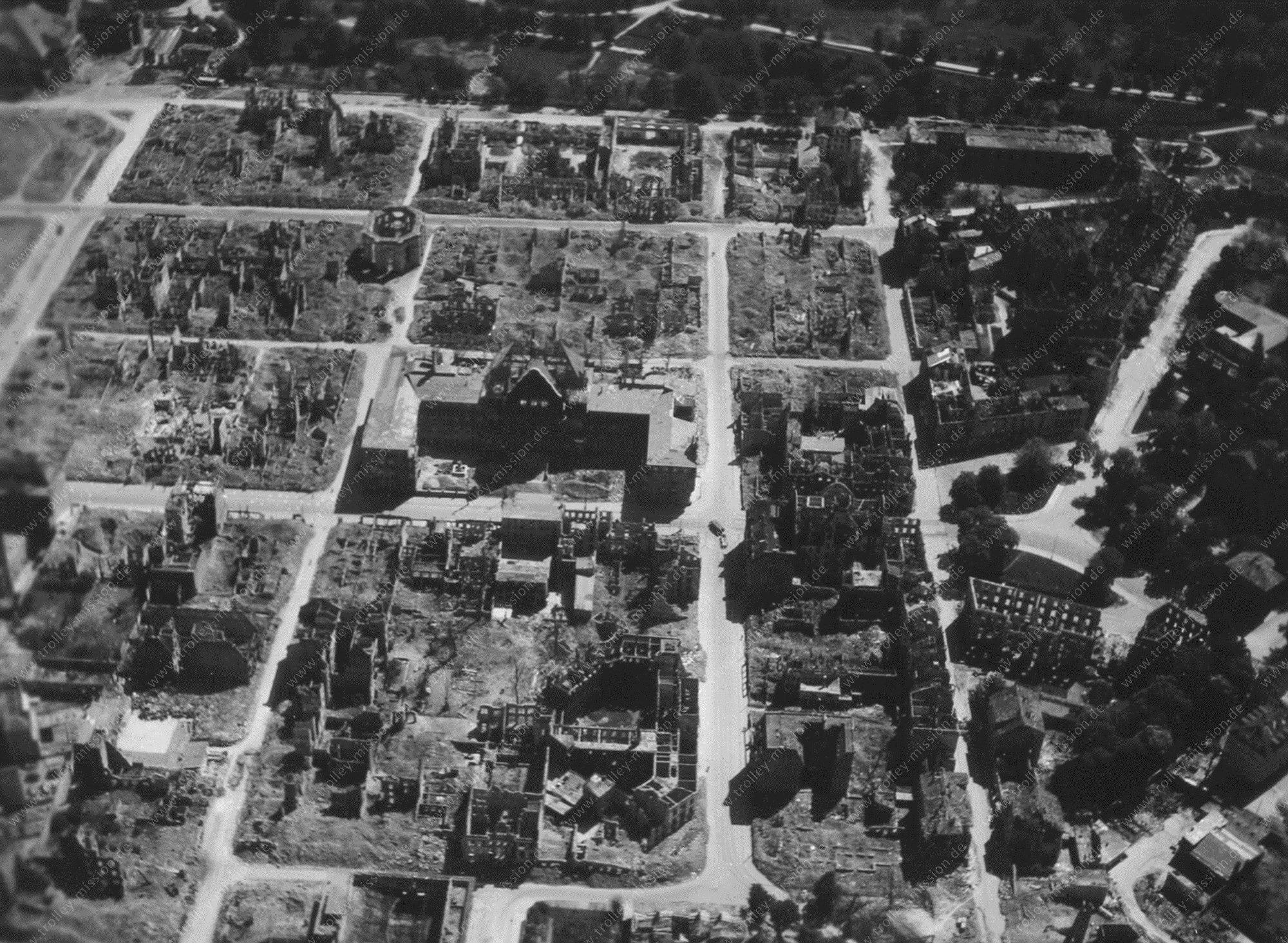 Kassel nach dem Zweiten Weltkrieg - Luftbild vom Rathaus, der Fünffensterstraße und der Karlskirche