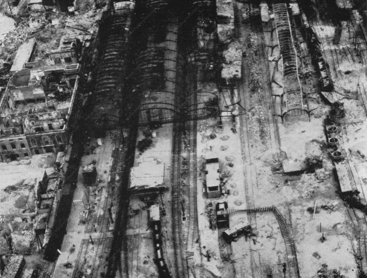 Zentralbahnhof bzw. Hauptbahnhof in Münster - Luftbild aus dem Mai 1945