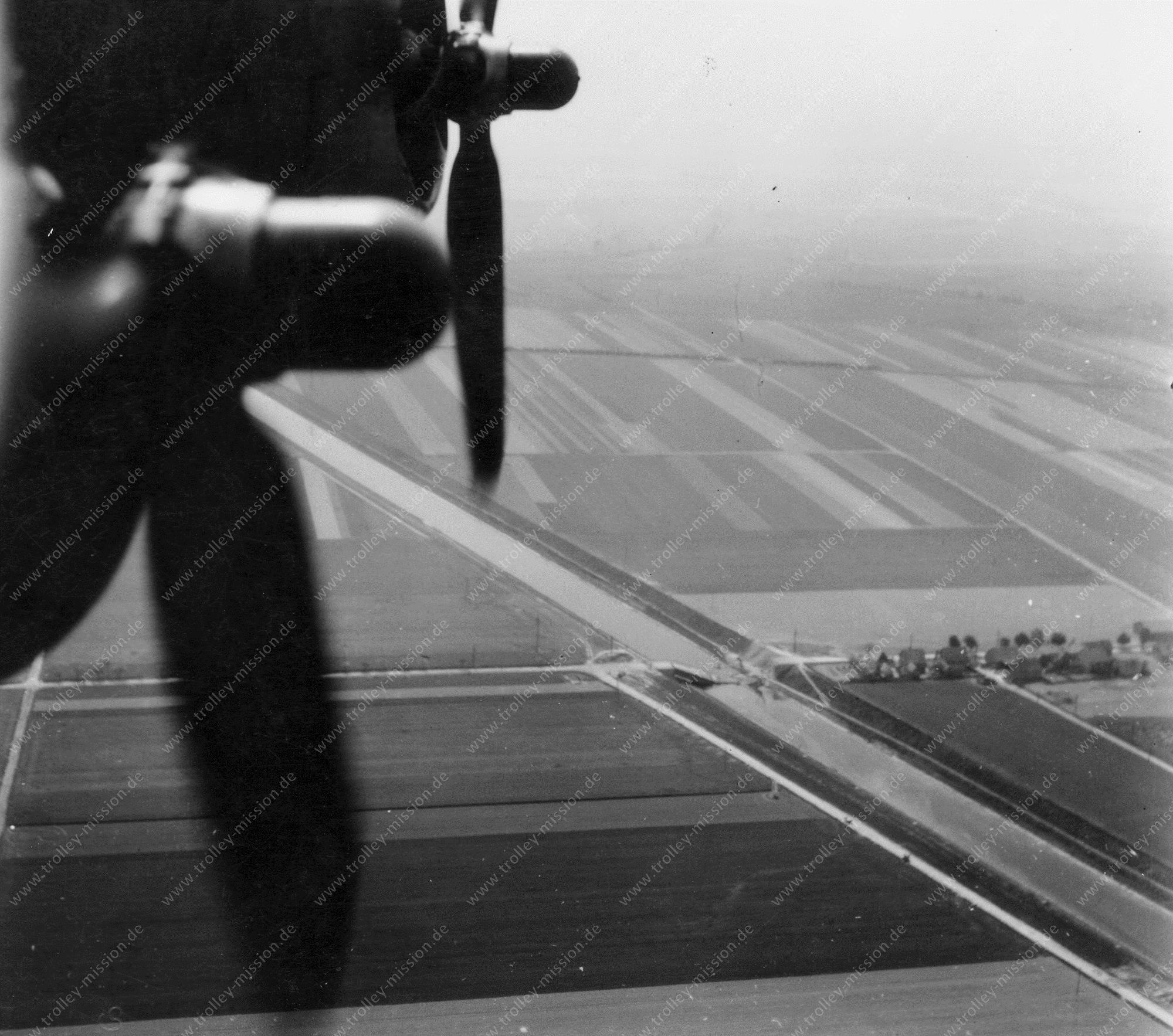 Luftbild der zerstörten Brücke über den Stichkanal Salzgitter bei Sonnenberg im Mai 1945
