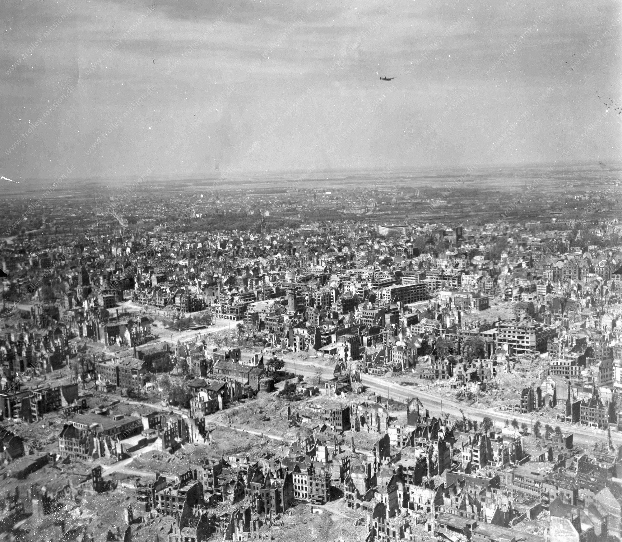 Köln im Weltkrieg - Luftbild vom Neumarkt, Kirche St. Aposteln und Cäcilienstraße