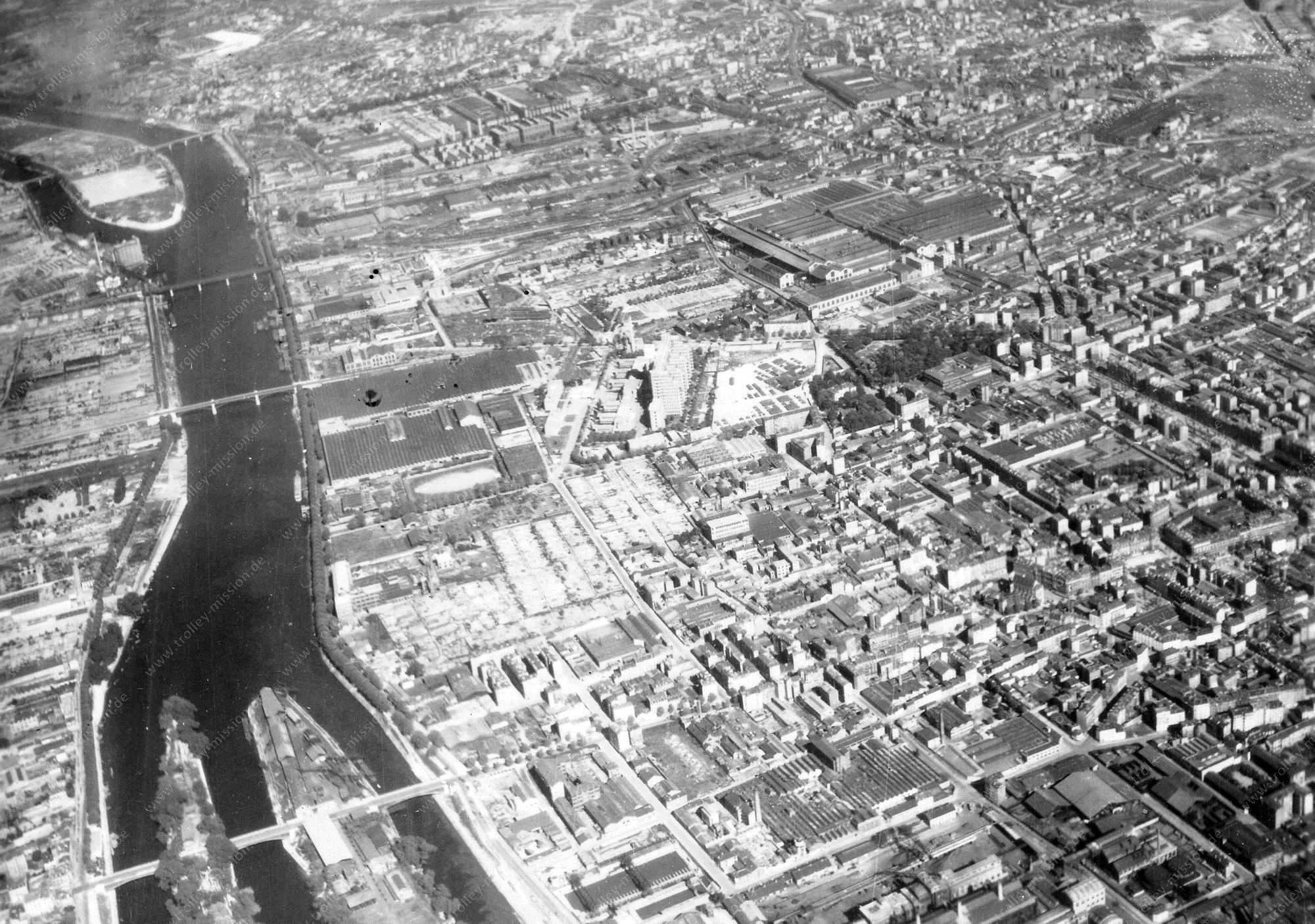 """Luftbild von Clichy mit den alten Flußinseln """"Île Robinson"""" sowie """"Île des Ravageurs"""" (""""Île de la Recette"""") und dem Automobilwerk von Citroën (Frankreich)"""