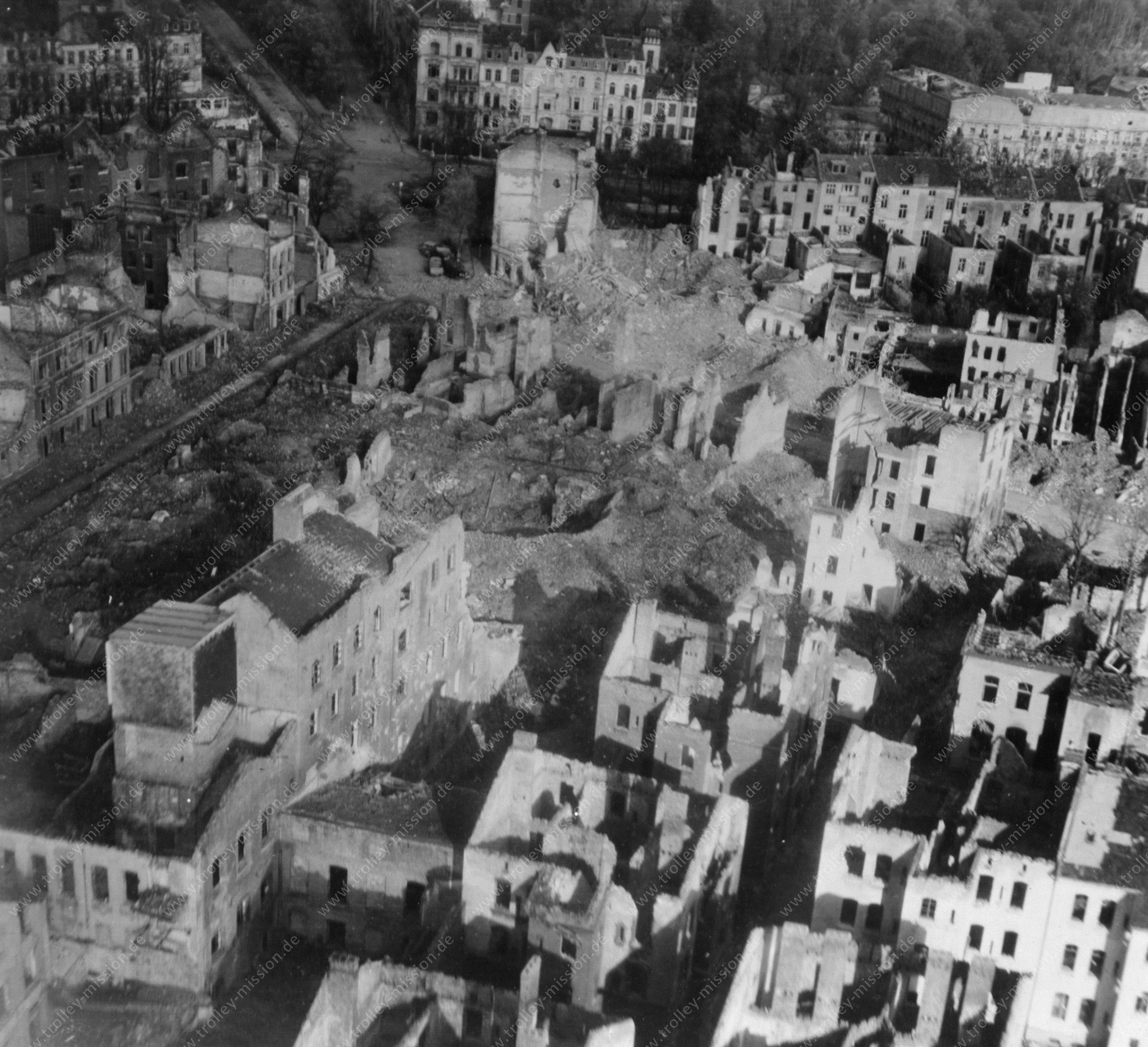 Aachen nach dem Krieg: Luftbild von Achterstraße und Sandkaulstraße sowie Monheimsallee