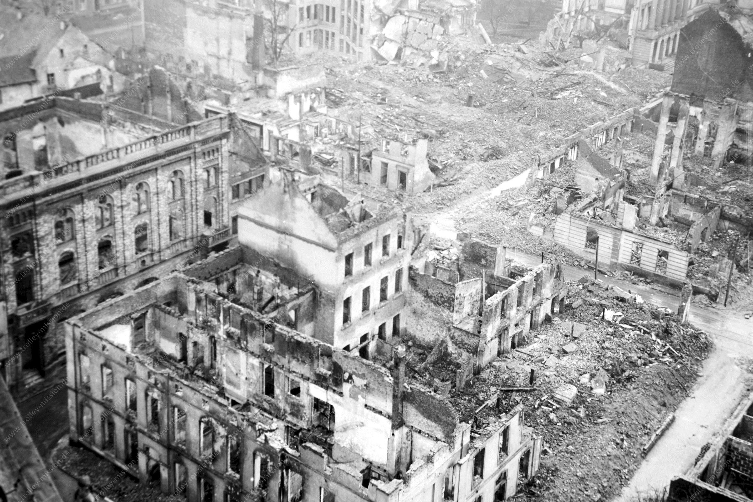 Krefelder Rathaus und Von-der-Leyen-Platz - Aufnahme vom Kirchturm der Stadt- und Pfarrkirche St. Dionysius Krefeld nach dem Zweiten Weltkrieg