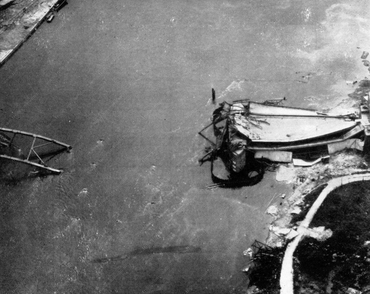 Luftbild der zerstörten Brücke von Arnheim (John-Frost-Brücke, John Frostbrug bzw. Bridge to Liberation)