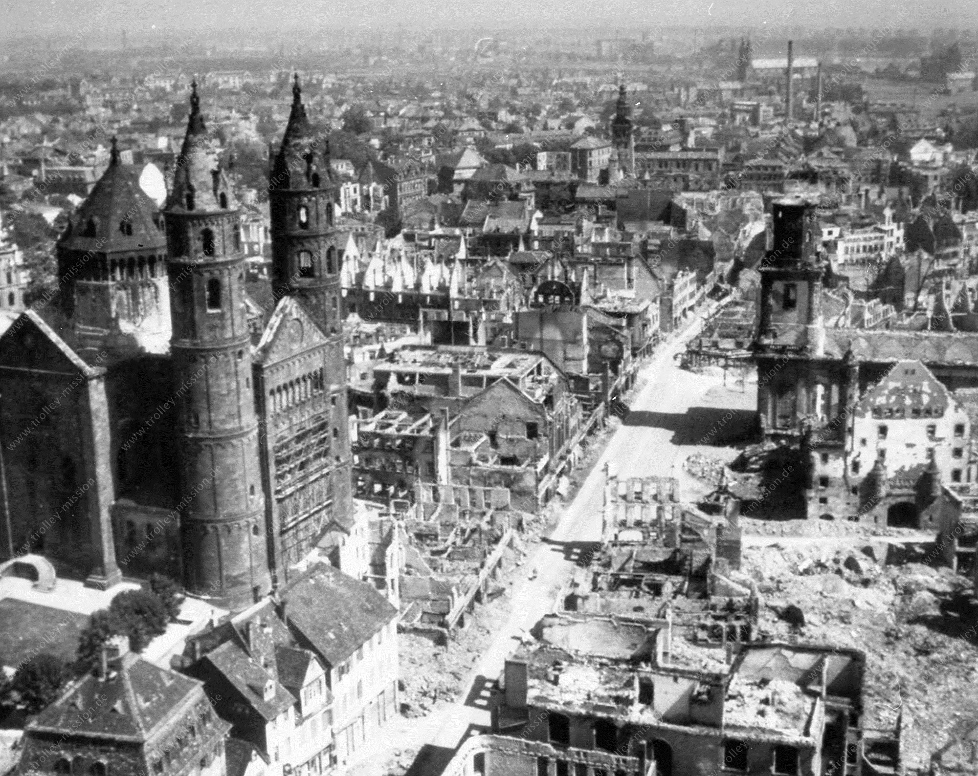 Luftbild des Dom St. Peter in Worms nach dem Zweiten Weltkrieg