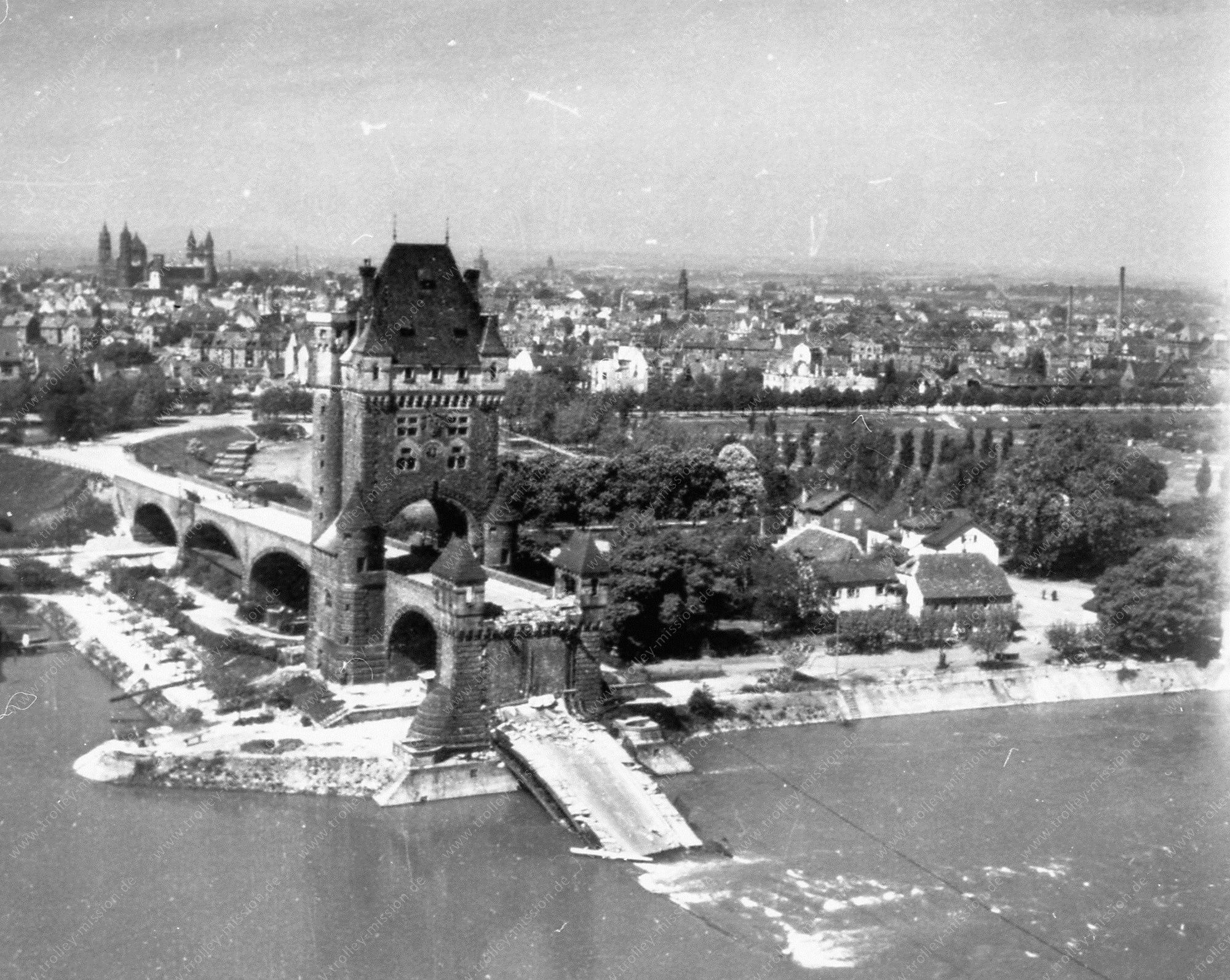 Luftbild des Brückenturmes der alten Ernst-Ludwig-Brücke über den Rhein in Worms