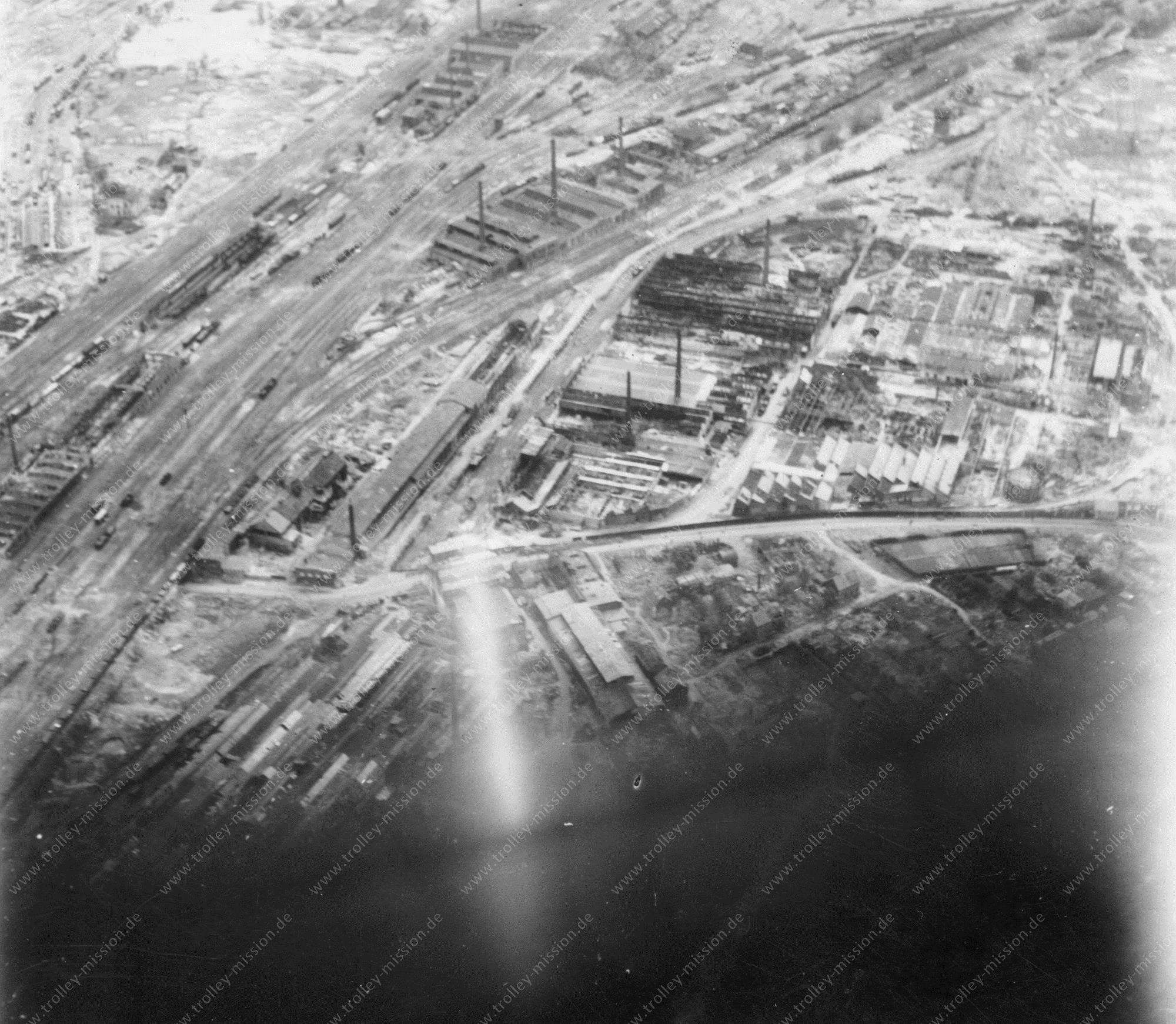 Unbekanntes Luftbild Gleisanlagen und Fabriken mit Schornsteinen