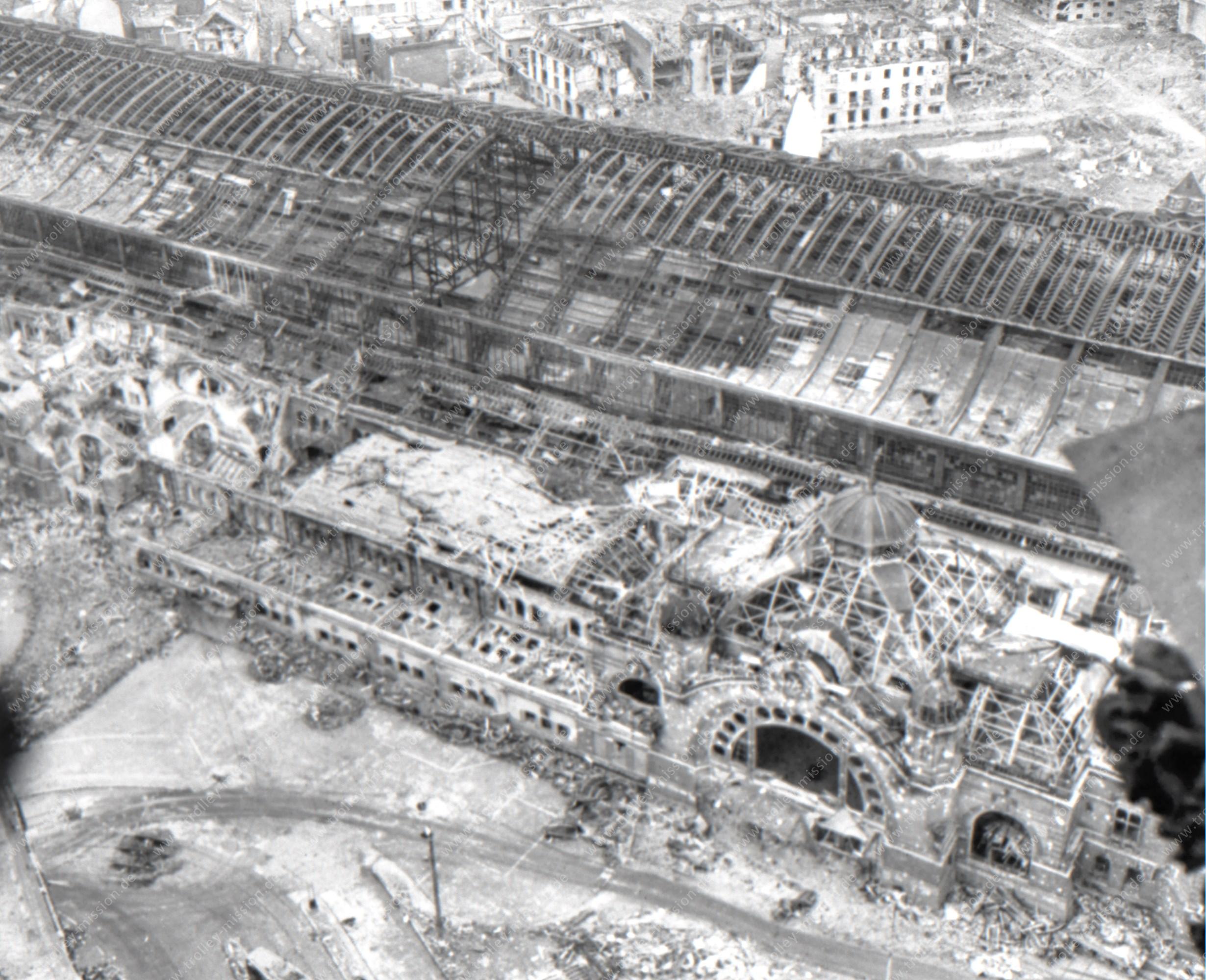 Eingangsportal des alten Kölner Hauptbahnhofes nach den Luftangriffen im Mai 1945