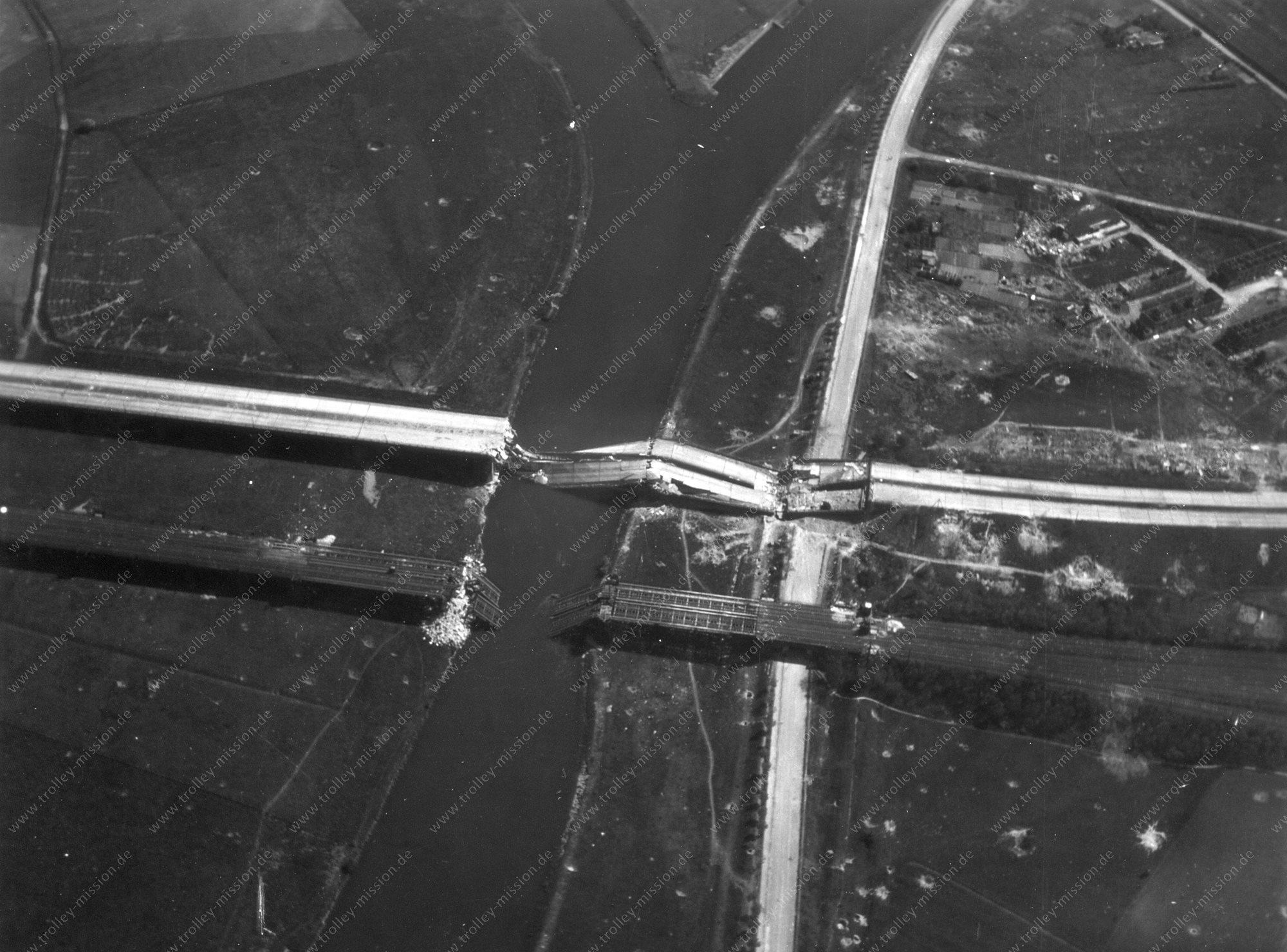Luftbild von Duisburg am Rhein-Herne-Kanal aus dem Zweiten Weltkrieg im Mai 1945
