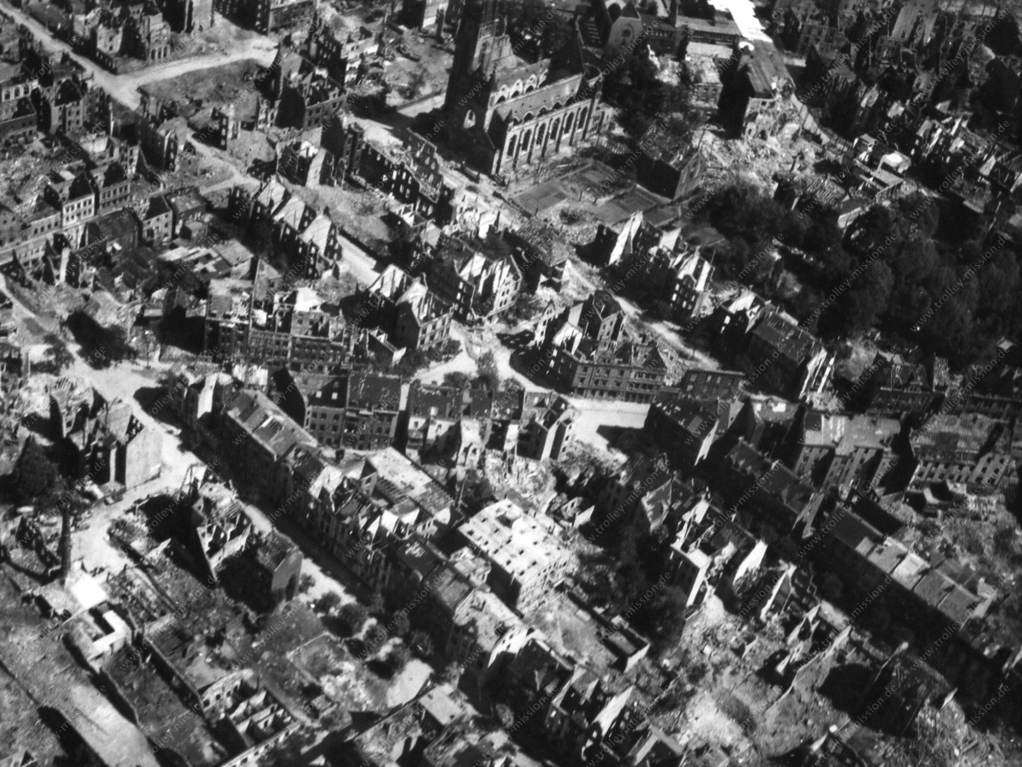 Luftbild der Liebfrauenkirche in der Amalienstraße in Dortmund aus dem Mai 1945 nach den Fliegerbomben