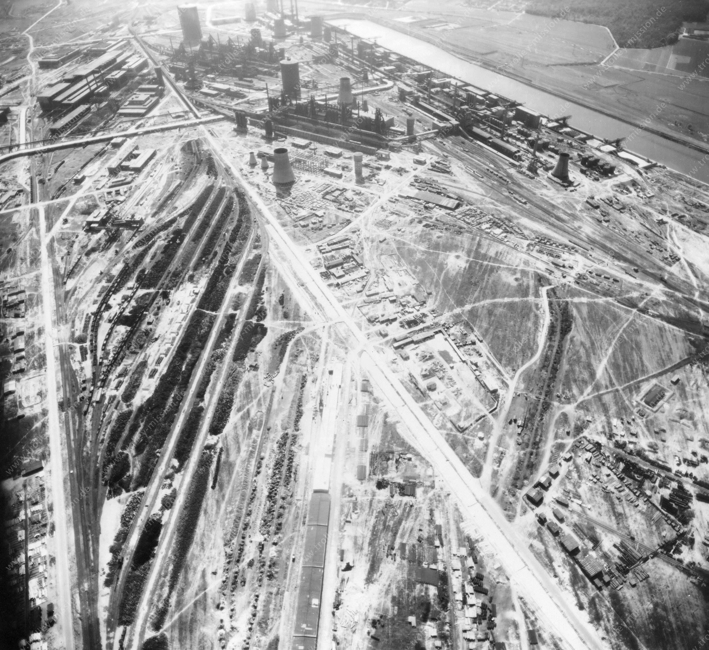 Luftbild der Hermann Göring Reichswerke AG für Erzbergbau und Eisenhütten in Salzgitter am 12. Mai 1945 - Luftbildserie 5/7 der US Luftwaffe