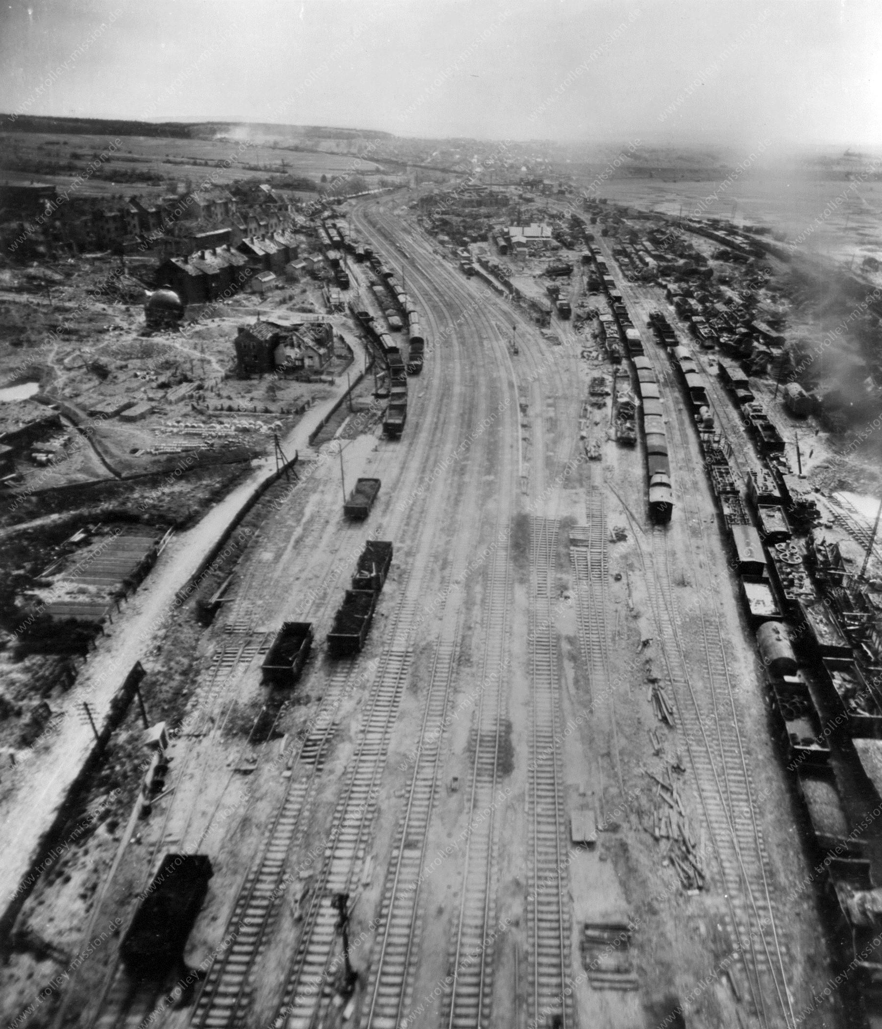 Bahnhof Gießen entlang am Hollerweg bis zum Bahnbetriebswerk - Luftbildserie im Tiefflug nach dem Zweiten Weltkrieg 1945