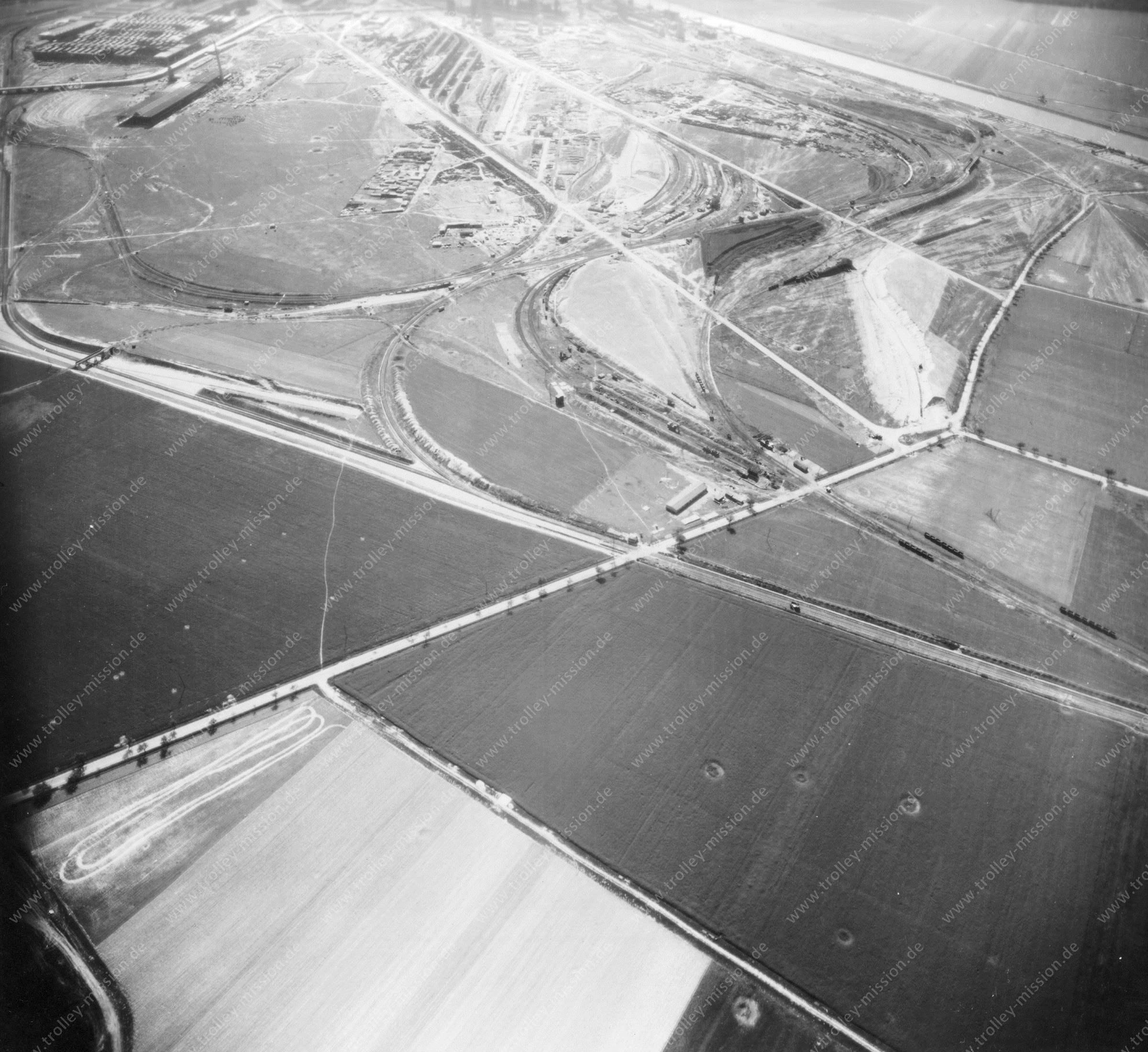 Luftbild der Hermann Göring Reichswerke AG für Erzbergbau und Eisenhütten in Salzgitter am 12. Mai 1945 - Luftbildserie 1/7 der US Luftwaffe
