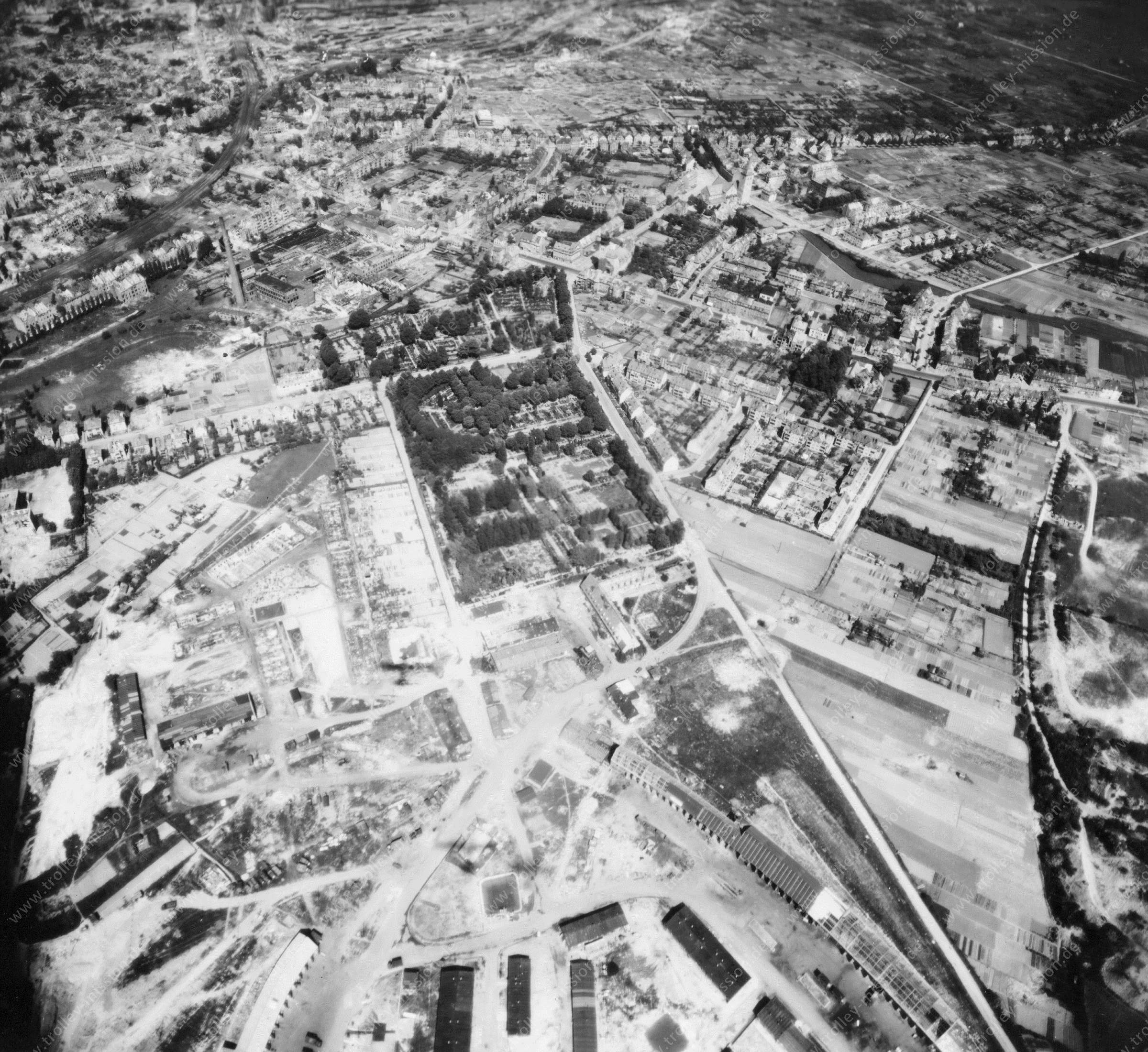 Luftaufnahme Johannisfriedhof sowie Flakstellung am Hauswörmannsweg (später: General-Martini-Kaserne) in Osnabrück im Mai 1945