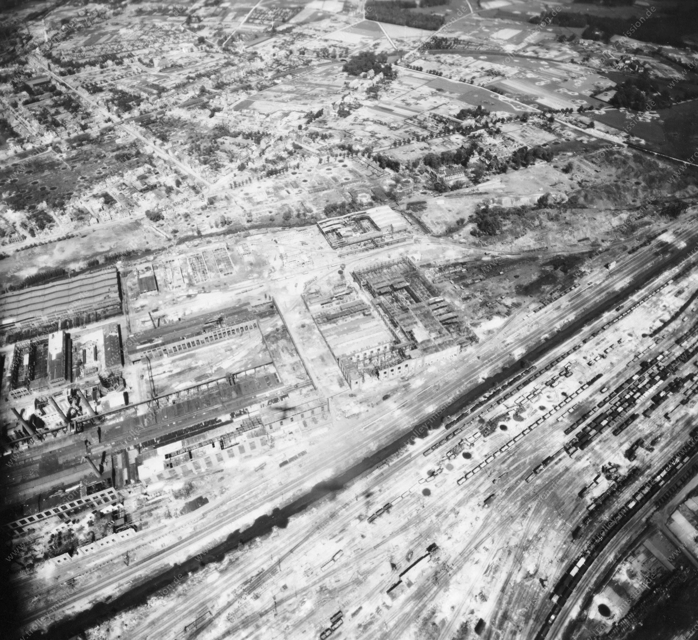 Luftaufnahme Güterbahnhof und Hallen der Firma Karmann in Osnabrück nach dem Zweiten Weltkrieg