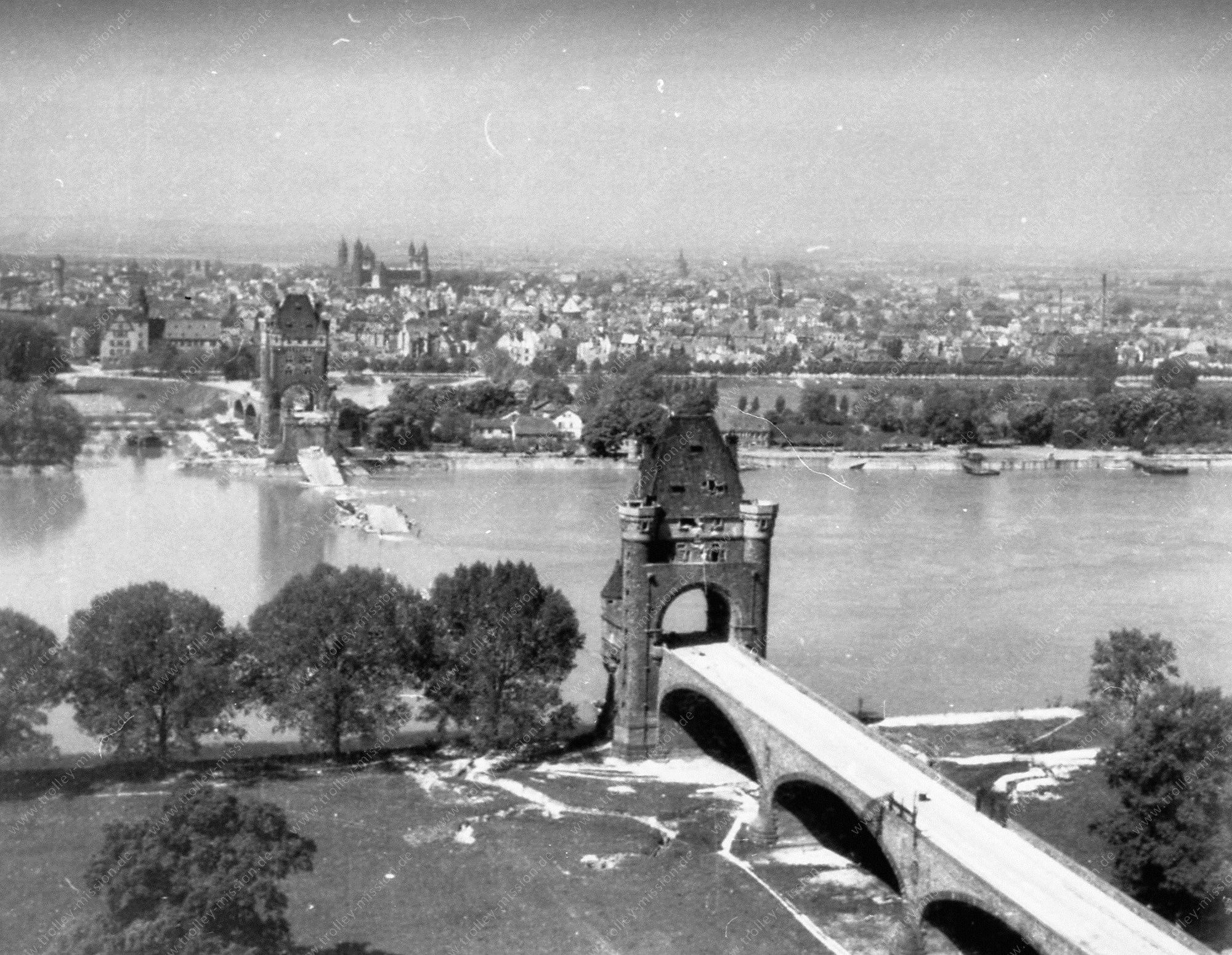 Luftbild der alten Nibelungenbrücke bzw. Ernst-Ludwig-Brücke in Worms im Mai 1945
