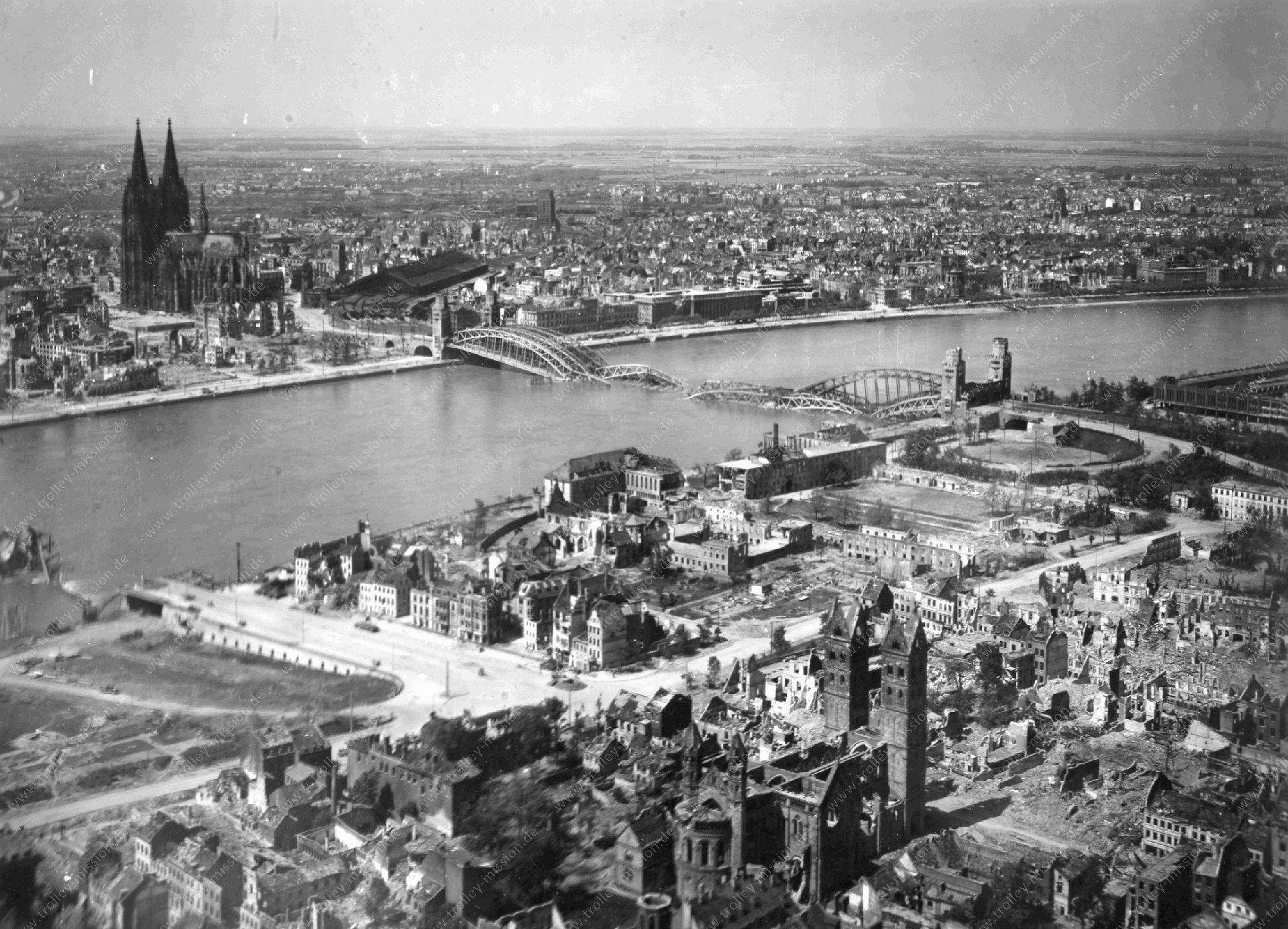 Köln im Weltkrieg - Luftbild St. Heribert Kirche mit Blick zum gegenüberliegenden Rheinufer