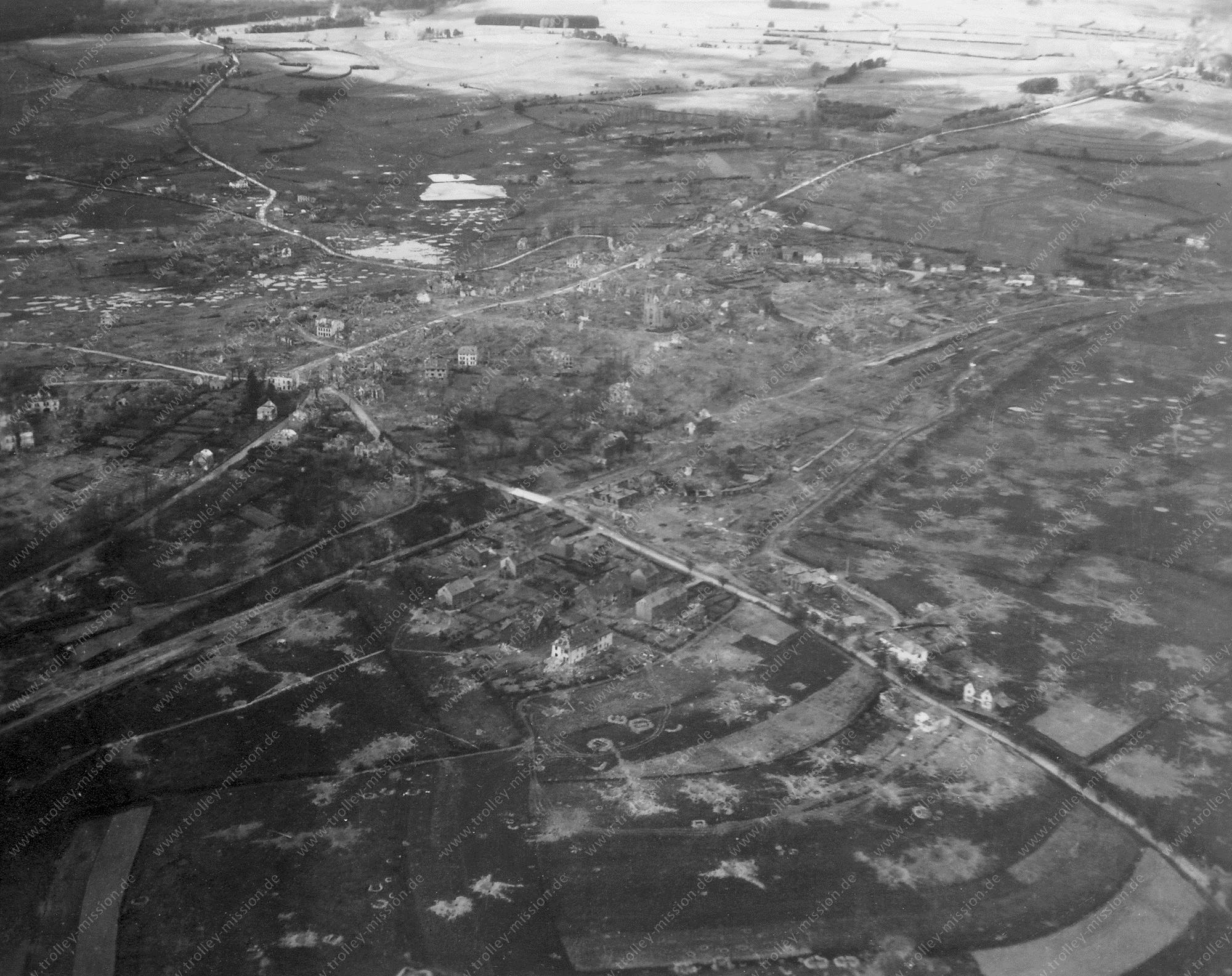 Die zerstörte Stadtgemeinde Sankt Vith oder St. Vieth nach der Ardennenoffensive - Luftbild aus dem Mai 1945 im Weltkrieg (Belgien)