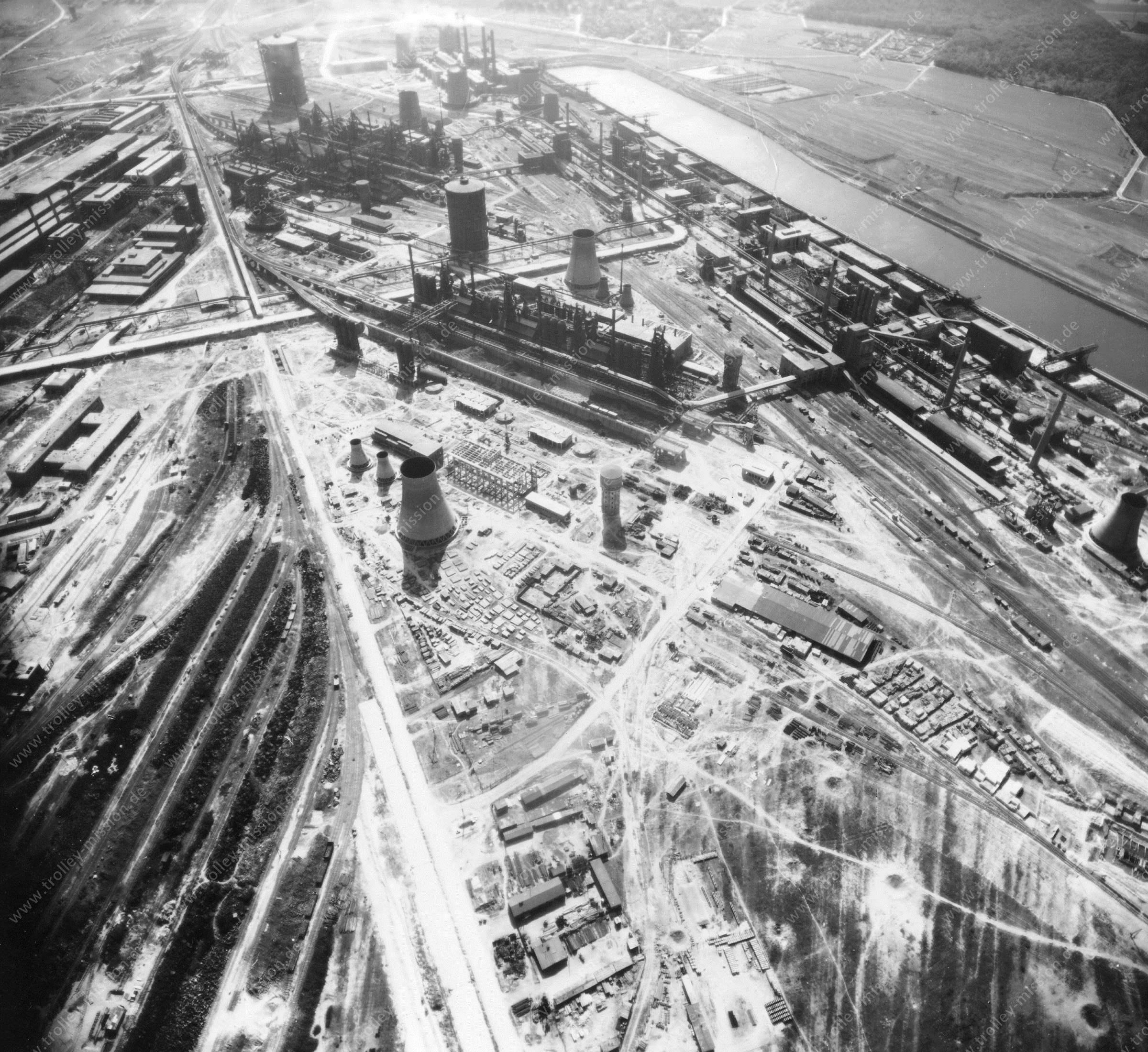 Luftbild der Hermann Göring Reichswerke AG für Erzbergbau und Eisenhütten in Salzgitter am 12. Mai 1945 - Luftbildserie 6/7 der US Luftwaffe