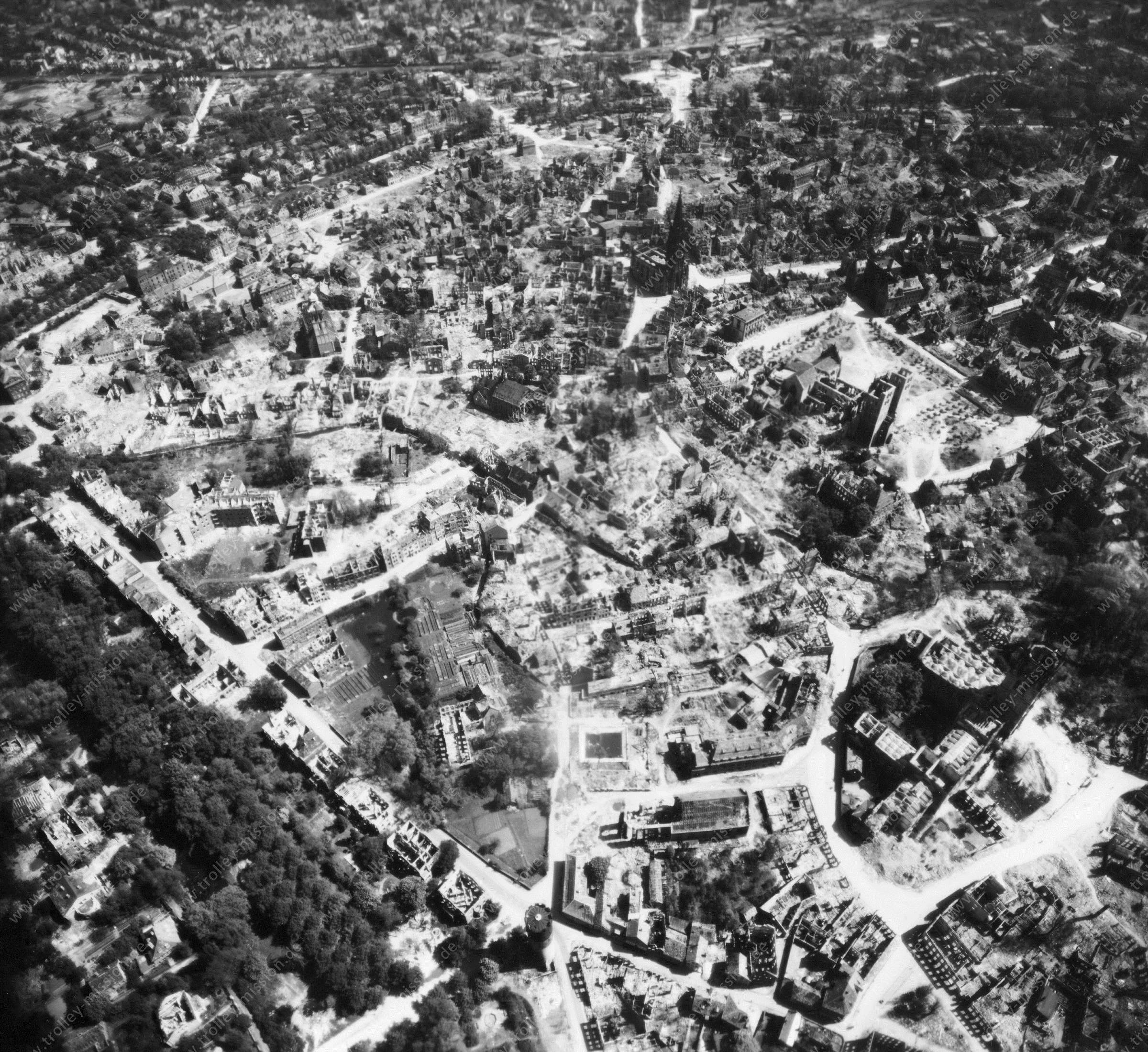 Luftbild der im Krieg zerstörten Innenstadt von Münster - Luftbildserie 7/11 der US Air Force von Münster (12. Mai 1945)