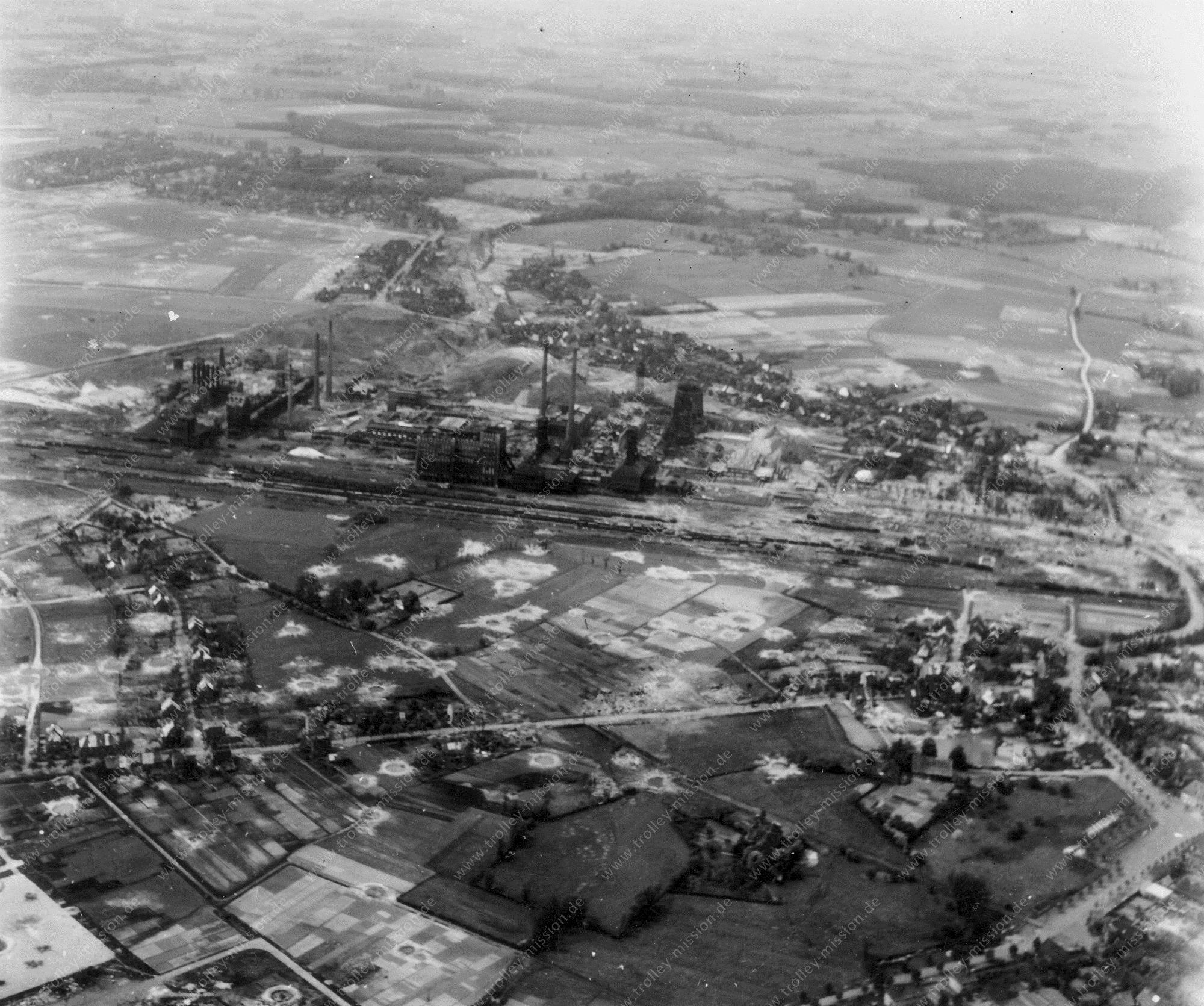 Unbekanntes Luftbild Stahlwerk und Bombenkrater und Trümmer