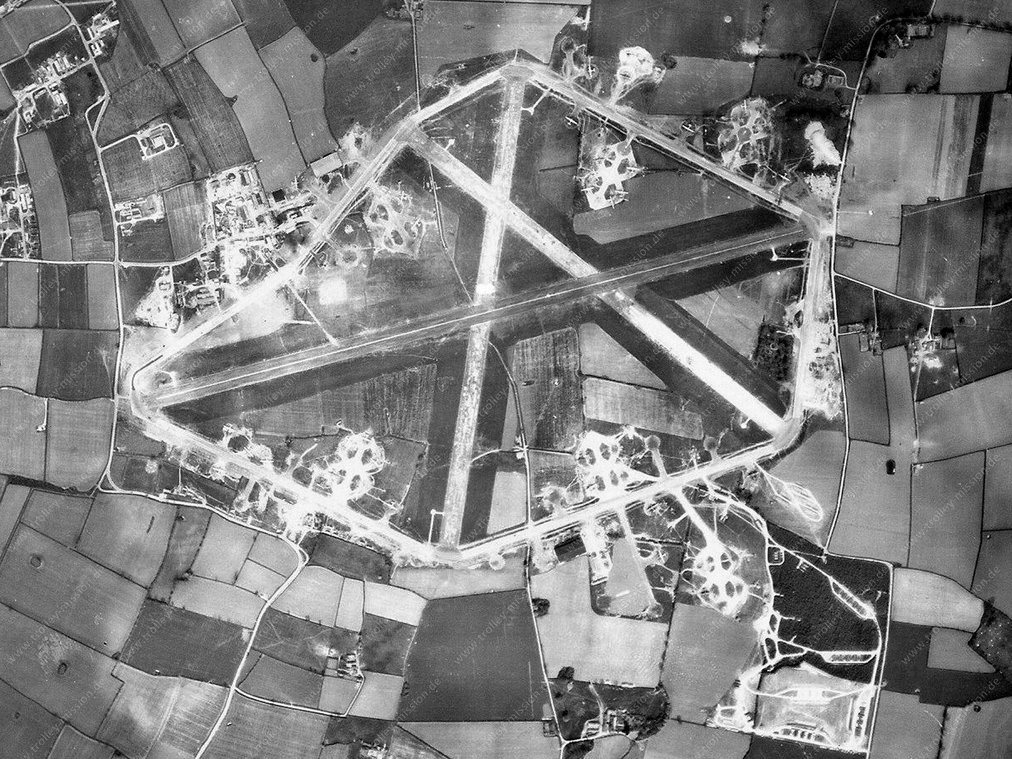 Wendling Airfield Luftbild - Basis der 392. Bomb Group und Mighty Eighth US Luftwaffe im Weltkrieg (Großbritannien)