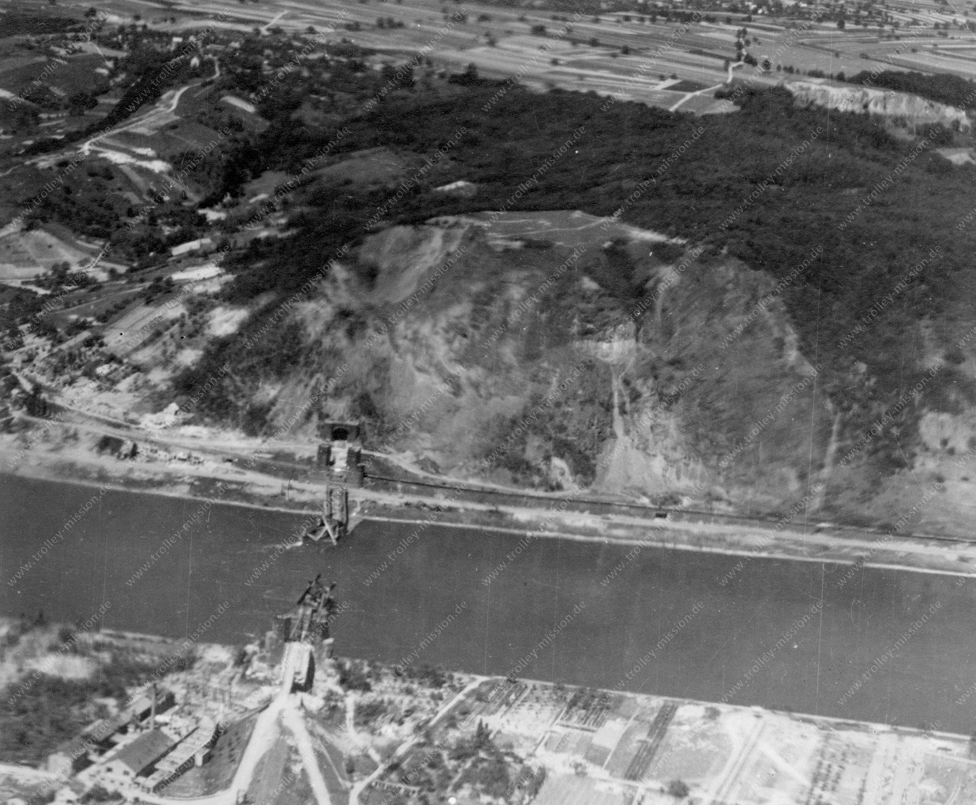 Die Brücke von Remagen bzw. Ludendorff-Brücke - Luftbild der Eisenbahnbrücke über den Rhein zwischen Remagen und Erpel