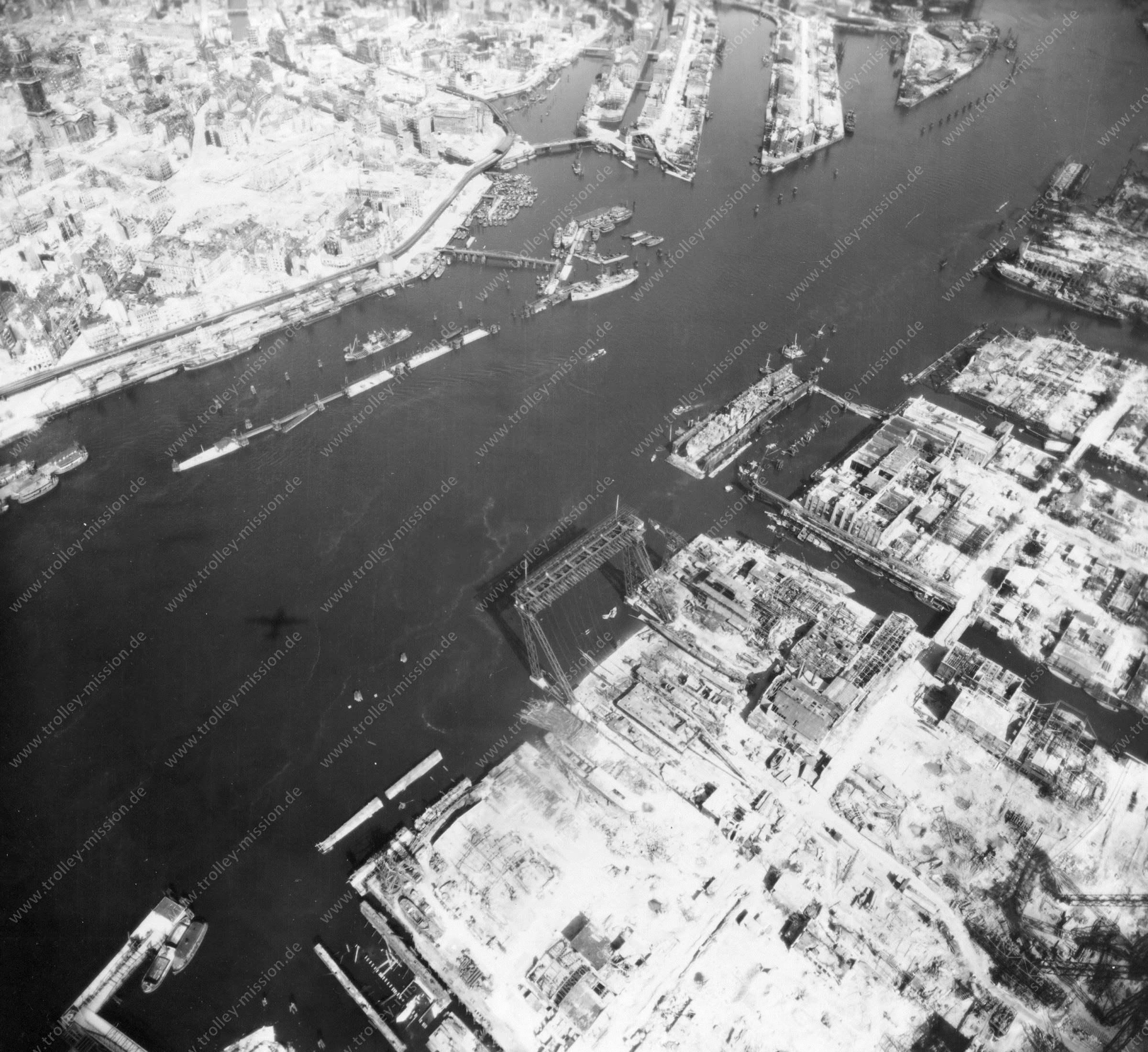 Luftbild von Hamburg und Hafen am 12. Mai 1945 - Luftbildserie 11/19 der US Air Force