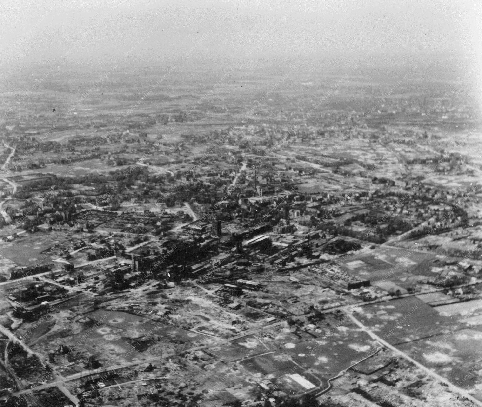 Unbekanntes Luftbild Industriegebiet mit vielen Bombentrichtern